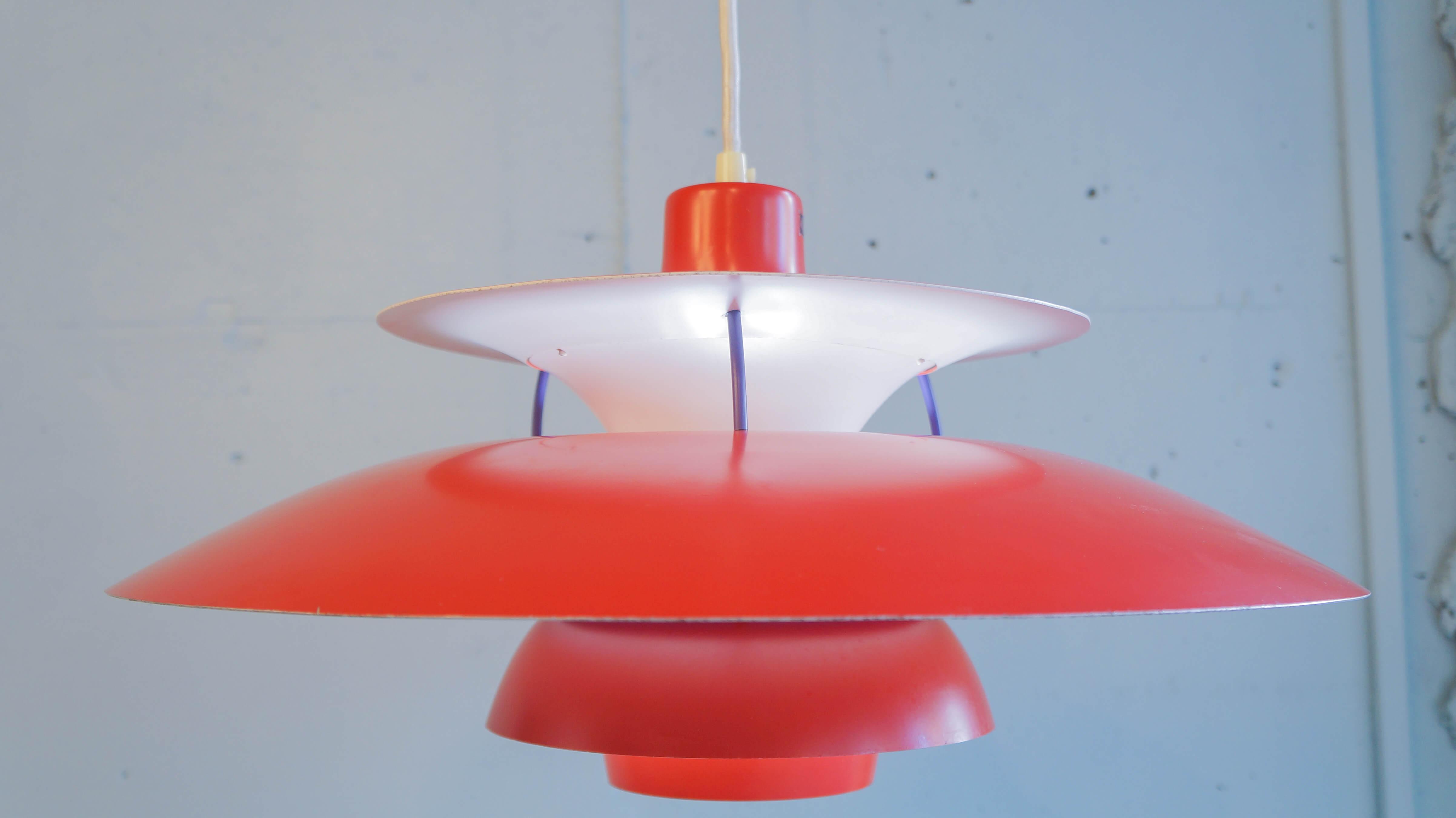 """ouis poulsen ルイスポールセン """" PH5 """" yamagiwa POUL HENNINGSEN北欧照明の定番、1958年発売以来 世界中で愛されている照明、『PH5』 そんなPH5の中でも希少な70年代の赤色のシェードです。 マッドな赤は現行ではないカラーで、上質なレッドは空間のアクセントに、 光は北欧の夕焼けのような灯りへ変換してくれます。 数々の名作照明を生み出したポール・ヘミングセンの中でも 世界的に有名なシリーズの一つ【 PH4/3 】 同シリーズの『PH5』が上方向にも光を放つのに対し、 PH4/3は下方向だけに光を集中して光を放つコンパクトなペンダントライトです。 電球は100wまで取り付けが可能で強く眩しい光を数学的な設計のシェードで、 優しく暖かみのある光へ変換します。 消灯時もお部屋のアクセントとして空間を彩り、 様々なインテリアに対応可能なデザインです。LouisPoulsen,ルイスポールセン PH4 / 3 , 照明,デンマーク北欧,ヴィンテージ,北欧デザイン,北欧 ライト,フロア,ランプランプ,denmark,scandinavian,照明,scandinavian vintage,vintage,北欧,北欧雑貨,中古,東京都,杉並区,阿佐ヶ谷,北,アンティーク,ショップ,古一,ZACK,高円寺,店,古,一,出張,無料,買取,杉並区,周辺,世田谷区,目黒区,武蔵野市,新宿区,東京近郊,お見積もり,ビンテージ家具,インテリア雑貨,ランプ,USED品, リサイクル,ふるいち,フルイチ,古一,used,furuichi~【東京都杉並区阿佐ヶ谷北アンティークショップ 古一/ZACK高円寺店】 古一/ふるいちでは出張無料買取も行っております。杉並区周辺はもちろん、世田谷区・目黒区・武蔵野市・新宿区等の東京近郊のお見積もりも!ビンテージ家具・インテリア雑貨・ランプ・USED品・ リサイクルなら古一/フルイチへ~"""