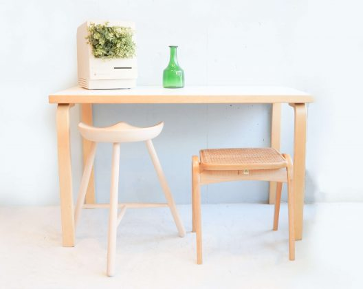"素材の温もりとオーガニックでシンプルなデザインの名作テーブルでこちらのテーブルをデザインしたAlvar Aalto(アルヴァ・アアルト)は、家具デザインだけではなく数々の名建築を生み出し、北欧モダンデザインの思想を構築した一人でもあります。アルテック定番のロングセラースツール60と「アアルトレッグ」と呼ばれる特徴的な脚部は、ムクのバーチ材を曲げるための工夫とシンプルな接合、 余計な金具を使わない特殊な加工技術で成形されており、特許も取られています。バーチは日本語で樺(カバ)フィンランド産の樺材に代表されるように北欧家具で使用されることが多い木材で、近年は温暖化の影響で良質のバーチが採れにくくなってしまっている木材でもあります。温かくすっきりとしたフォルムとサイズ感は、デスクやダイニングとしても利用できるかと思います。特許を取ったL字型の脚は、ムクのバーチ材を曲げるための工夫と、座面とのシンプルな接合で、永年のロングセラーとなっています。近年温暖化の影響で、良質のバーチが採れにくく、環境保護の為、裏面などの見えにくい部分には節や傷のような箇所がある場合がございます。ご使用頂く際には問題ございませんが予めご了承ください。バーチは日本語で樺(カバ)。フィンランド産の樺材に代表されるように北欧家具で使用されることが多い木材です。見た目と性質がサクラと似ているため、日本語ではカバザクラやサクラとも呼ばれ、サクラの代用として使われることもあります。材質は硬く、均等で緻密な木肌を持ち、反りなどの狂いが少ないのが特徴です。水に強く、粘りや強度もあるため床材や家具材として使用されることが多いです。「アアルトレッグ」と呼ばれる特徴的な脚部アアルトがデザインした家具の特徴は、木を曲げる独特な手法にあります。通称「アアルトレッグ」と呼ばれる柔らかな曲線を描く脚部は、余計な金具を使わない特殊な加工技術で成形しています。このL字型の脚部を天板にネジ止めしただけのシンプル構造で、素材感を活かした温かく柔らかなフォムを実現しています。素材の温もりを感じるオーガニックなデザインテーブルの名作です。W1200×D600×H720mmAlvar Aalto (Alvar Aalto) who designed this table with a warmth of materials and a masterpiece of an organic and simple design produced not only furniture design but also numerous name constructions, even one who built the thought of Northern European design Yes. The characteristic legs called Altech's classic long-selling stool 60 and ""AALT LEGG"" are the ingenuity and simple joining for bending Muku's birch material, It is molded by special processing technology that does not use extra metal fittings, and patent is also taken. Birch is Japanese wild birch (Hippo) Wood used in Scandinavian furniture as typified by Finland birch wood, and in recent years it has become difficult to obtain high quality birch due to global warming effect It is also wood. I think whether you can use it as a desk or dining, feeling warm and refreshing form and size. The patented L-shaped leg is a long seller of many years, with a device for bending the bamboo material of Muku and a simple joining with the seat. In recent years due to global warming, good quality birch is difficult to collect, for the protection of the environment, there are cases where there are places like knots and scratches on the back side etc. difficult to see. There is no problem when you use it, but please be forewarned. Birch is Japanese in birch (Hippo). It is wood that is often used in Scandinavian furniture as typified by Finland birch wood. Because its appearance and character are similar to cherry, it is also called Kabazakura or cherry in Japanese and sometimes used as a substitute for cherry. The material is hard, has even and dense wooden skin, and features distortion such as warping is small. It is strong in water, it is often used as a flooring material and furniture material because it has stickiness and strength. The characteristic of the furniture designed by the characteristic leg Aaru tort called ""AALT LEG"" is in a unique way to bend the tree. The leg which draws a soft curve called ""AALT LEGG"" is formed by a special processing technology which does not use extra metal fittings. It is a simple structure merely screwed this L-shaped leg to the top board, realizing a warm and soft foam making use of the texture of the material. It is a masterpiece of an organic design table which feels warmth of the material. ~【東京都杉並区阿佐ヶ谷北アンティークショップ 古一/ZACK高円寺店】 古一/ふるいちでは出張無料買取も行っております。杉並区周辺はもちろん、世田谷区・目黒区・武蔵野市・新宿区等の東京近郊のお見積もりも!ビンテージ家具・インテリア雑貨・ランプ・USED品・ リサイクルなら古一/フルイチへ~artek/アルテック テーブル 机 TABLE 80A Alvar Aalto/アルヴァ アアルト ホワイト。通称「アアルトレッグ」と呼ばれる柔らかな曲線を描く脚部は、余計な金具を使わない特殊な加工技術で成形しています。このL字型の脚部を天板にネジ止めしただけのシンプル構造で、素材感を活かした温かく柔らかなフォムを実現しています。素材の温もりを感じるオーガニックなデザインテーブルの名作です。W1200×D600×H720mmAlvar Aalto (Alvar Aalto) who designed this table with a warmth of materials and a masterpiece of an organic and simple design produced not only furniture design but also numerous name constructions, even one who built the thought of Northern European design Yes. The characteristic legs called Altech's classic long-selling stool 60 and ""AALT LEGG"" are the ingenuity and simple joining for bending Muku's birch material, It is molded by special processing technology that does not use extra metal fittings, and patent is also taken. Birch is Japanese wild birch (Hippo) Wood used in Scandinavian furniture as typified by Finland birch wood, and in recent years it has become difficult to obtain high quality birch due to global warming effect It is also wood. I think whether you can use it as a desk or dining, feeling warm and refreshing form and size. The patented L-shaped leg is a long seller of many years, with a device for bending the bamboo material of Muku and a simple joining with the seat. In recent years due to global warming, good quality birch is difficult to collect, for the protection of the environment, there are cases where there are places like knots and scratches on the back side etc. difficult to see. There is no problem when you use it, but please be forewarned. Birch is Japanese in birch (Hippo). It is wood that is often used in Scandinavian furniture as typified by Finland birch wood. Because its appearance and character are similar to cherry, it is also called Kabazakura or cherry in Japanese and sometimes used as a substitute for cherry. The material is hard, has even and dense wooden skin, and features distortion such as warping is small. It is strong in water, it is often used as a flooring material and furniture material because it has stickiness and strength. The characteristic of the furniture designed by the characteristic leg Aaru tort called ""AALT LEG"" is in a unique way to bend the tree. The leg which draws a soft curve called ""AALT LEGG"" is formed by a special processing technology which does not use extra metal fittings. It is a simple structure merely screwed this L-shaped leg to the top board, realizing a warm and soft foam making use of the texture of the material. It is a masterpiece of an organic design table which feels warmth of the material. ~【東京都杉並区阿佐ヶ谷北アンティークショップ 古一/ZACK高円寺店】 古一/ふるいちでは出張無料買取も行っております。杉並区周辺はもちろん、世田谷区・目黒区・武蔵野市・新宿区等の東京近郊のお見積もりも!ビンテージ家具・インテリア雑貨・ランプ・USED品・ リサイクルなら古一/フルイチへ~"