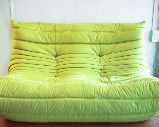 ligne roset / リーンロゼ TOGO/トーゴ ソファ 2P sofa2人掛け,Bellow,france,Frenchmodern ,ligneroset, ligneroset ,postmodern ,グリーン,ソファ,フランス,モダン,リーンロゼ,緑Modern,Interior,デザイン,モダンインテリア,発売40年を超えても、最先端のデザイン性を感じるソファ。リーン・ロゼのアイコン的存在のこちらのソファ、モチーフは力強い蜂のお腹、密度の違う4種類の高密度ウレタンフォームを使い、斬新なデザインとキルト式のカバーで全体を包むという画期的なアイデアは1973年のデビューと同時に話題となりました。2人掛けソファとしてちょうどいいサイズ感で、素材がウレタンフォームで軽量な為、お部屋での移動などの際にも扱いやすいというのもTOGOの特徴です。生地はしっとりした肌触りと柔らかさの人工スエード、鮮やかなライムグリーンは、お部屋を明るい雰囲気にカラーコーディネートできるアイテムです。常に今日的なイメージを持つ奇跡高密度ウレタンフォームを組み合わせたリーン・ロゼのアイコンともいえるベストセラーソファです。発売40年を超えても、常に今日的なイメージを持つ奇跡のソファで、世界中にファンが存在します。快適なシーティング、キルト式カバーによって座り心地の最高な、美しいコレクションです。軽くて移動も楽にできます。1人がけから3人がけまで、また肘付きソファやコーナー、ラウンジなど様々なタイプがあり、2007年には、キッズ用のミニタイプも追加されました。#modernism #France #postmodern #Green style#Bellows #madeinjapan #geometric #Frenchmodern#interiordesign#geometricpattern #productdesign #mihelducaroyMichel Ducaroy (ミッシェル・ディカロワ)ウルトラスエード高密度ウレタンフォーム幅:1310mm 奥行:1020mm 高さ:700mmシート高:380mmリーンロゼ トーゴ ソファigne roset TOGO 2P sofaUltra suede high density urethane foam Width: 1310 mm Length: 1020 mm Height: 700 mm Seat height: 380 mm Lean Rose Togo sofa igne roset TOGO 2P sofa Even after over 40 years of release, the sofa feels the cutting edge design. This sofa of lean / rosé's iconic existence, The motif is a powerful bee's stomach, four kinds of high-density urethane foams with different density, the groundbreaking idea of wrapping the whole with innovative designs and quilted covers became a topic at the same time as the debut in 1973. It is a feature of TOGO that it has a good size feeling as a two-seat sofa, because the material is lightweight with urethane foam, it is easy to handle even when moving in a room. Artificial suede with moist and soft touch and vivid lime green are items that can color coordinate the room to a bright atmosphere. It is a best-selling sofa that can be said as a lean / rose icon combined with a miracle high-density urethane foam that always has a today's image. Even after over 40 years of release, there are always fans around 