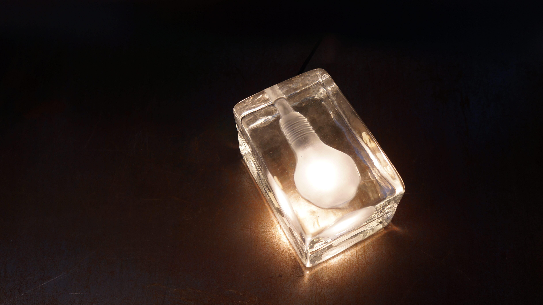 DESIGN HOUSE BLOCK LAMP MINI designed by Harri Koskinen/ デザインハウス ブロックランプ ミニ ハッリ・コスキネン デザイン 【商品説明】 氷の中に閉じこめられた電球が氷を溶かしてしまいそうに見えるランプ。 フィンランドのデザイナー、ハッリ・コスキネンが学生時代に発表したブロックランプは、 デザインハウス・ストックホルム社の目に止まり、彼の才能に光を与えました。 北欧・ヨーロッパ諸国をはじめ、アメリカでもベストセラーとなり、 MoMAのデザイン・コレクションに収められています。 工業用のガラス製ブロックからインスピレーションを得たユニークな形から、 ソフトな明かりが広がります。 お部屋の演出に是非いかがでしょうか。 DESIGN HOUSE Stockholm/デザイン ハウス ストックホルム 1992年、スウェーデン・ストックホルムに設立されたデザインハウスストックホルム社は、 北欧出身の有名デザイナーや建築家達からのアイディアを選りすぐり、コレクションを発表しつづけています。 ベストセラー商品も多数生み出し、まさに北欧デザインブームを巻き起こしたブランドのひとつといっても過言ではありません。 洗練された機能と永遠の美しさを併せ持ったクオリティの高い商品を生産し続けています。 Harri・Koskinen/ハッリ・コネスキン 1970年にフィンランドで生まれ、ラティ・デザイン学校を経て、 ヘルシンキ美術デザイン大学を卒業し。 学生時代からフリーデザイナーとしてiittala(イッタラ)等と仕事をし、 その才能を発揮しており国際的に注目を集めます。 最も有名な作品のひとつとして、1996 年にデザインされたブロック・ランプ。 1998年ミラノ・サローネで発表され、デザインハウス・ストックホルムが製品化したこのランプは 、MoMA の永久コレクションに加えられ、また数々の国際的アワードを受賞しました。 他にも、イッセイミヤケのためにデザインした「VAKIO」腕時計シリーズも有名です。 現在まで東京、ベルリン、ヘルシンキやモスクワなど世界中の様々な国で個展を開いており 、クライアントもアルテック、ワールドワイド、ジェネレック、イッタラ、ウッドノーツ、 マルニ、イッセイミヤケ、無印良品、パナソニック、セイコー、カッシーナ、モンティナ、 ヴェニーニ、オールーチェ、アスプルンド、ヴェニーニ、デザインハウス・ストックホルム、 スワロフスキーなどグローバル規模の一流企業が名を連ねています。 ~【東京都杉並区阿佐ヶ谷北アンティークショップ 古一/ZACK高円寺店】 古一/ふるいちでは出張無料買取も行っております。杉並区周辺はもちろん、世田谷区・目黒区・武蔵野市・新宿区等の東京近郊のお見積もりも!ビンテージ家具・インテリア雑貨・ランプ・USED品・ リサイクルなら古一/フルイチへ~