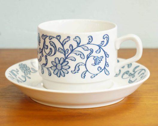 """1726年にスウェーデン王室御用達の釜として創業した、 Rorstrand/ロールストランド。 北欧で最古の歴史を誇る陶器メーカーです。 ロールストランドの食器はノーベル賞の晩餐会で使われていることでも 知られています。 こちらは""""Maj/マイ""""シリーズのカップ&ソーサー。 実は1970年代に2年間しか製造されなかった貴重なシリーズなんです。 白いカップ全体を埋め尽くすように可愛らしい草花が淡いブルーで 繊細に描かれています。 スウェーデン語で""""5月""""という意味を持つその名の通り、 爽やかな5月の陽気を思わせるような上品なデザインです。 デザインはアイルランド出身の女性デザイナー、 ジャクリーヌ・リンドによるもの。 彼女は1974年にロールストランドと契約し、数々の作品を残しました。 スウェーデンの自然に魅了されたという彼女の作品には花や果物など、 自然のものをモチーフにしたものが多くみられます。 また、日本をイメージして梅の花を美しく描いた「ジャポニカ」シリーズは 彼女の代表作としても有名です。 これから訪れる春に使いたい、""""Maj/マイ""""のカップ&ソーサー。 洋服のように、季節に合わせて食器を選んでみるのもいかがでしょうか♪ ~【東京都杉並区阿佐ヶ谷北アンティークショップ 古一/ZACK高円寺店】 古一/ふるいちでは出張無料買取も行っております。杉並区周辺はもちろん、世田谷区・目黒区・武蔵野市・新宿区等の東京近郊のお見積もりも!ビンテージ家具・インテリア雑貨・ランプ・USED品・ リサイクルなら古一/フルイチへ~"""