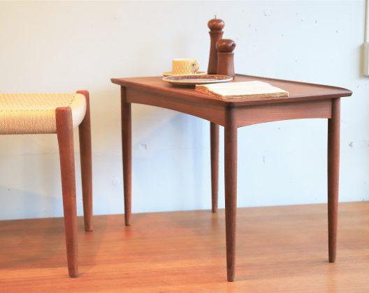 ダニッシュモダン家具の特色が随所に感じられるこちらのテーブルは、シャープで軽やかな脚をしており、天板縁のエッジがクラシカルでエレガントな雰囲気です。メーカーはデンマークのMobelintarsia社製、メーカータグには、デンマーク家具品質管理委員会が高品質デンマーク家具であると認めた証でもあるDanish Controlマークがついており、構造、デザインともに上品なテーブルです。丁度いいサイズ感なので、カフェのようにソファやパーソナルチェアなどの前でセンターテーブルとしての利用におすすめです♪また、脚はねじ式になっており、取り外しも可能です。Featuring Danish Modern Furniture Features everywhere The table here has sharp and light legs, the edge of the top board is classical and elegant atmosphere. The manufacturer is made by Mobelintarsia company of Denmark, the manufacturer tag has a Danish Control mark which is also a proof that the Danish furniture quality management committee is a high quality Danish furniture, it is an elegant table with both structure and design. Because it is exactly the size feeling, it is recommended for use as a center table in front of sofas and personal chairs like a cafe ♪ Moreover, the legs are screw type and can be removed.~【東京都杉並区阿佐ヶ谷北アンティークショップ 古一】 古一/ふるいちでは出張無料買取も行っております。杉並区周辺はもちろん、世田谷区・目黒区・武蔵野市・新宿区等の東京近郊のお見積もりも!ビンテージ家具・インテリア雑貨・ランプ・USED品・ リサイクルなら古一/フルイチへ~DANISH MODERN 北欧 デンマーク ヴィンテージ コーヒーテーブル サイドテーブル