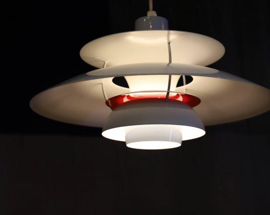 """1958年にポール・ヘニングセンが発表したペンダントライトの名作『PH5』。 5枚のシェードが重なるデザインは、光の調和を考えて生まれたもの。 電球自体を包み込み、不快な眩しさを感じさせない構造になっています。 ポール・ヘニングセンが生涯追求し続けた、「人と物、空間を美しく照らす良質な光」を 具現化するために作られたPHシリーズは、長年に渡り世界中で愛され続けています。 『PH5』は2008年に誕生50周年を迎え、新しいバージョンの『PH50』が発表されました。 カラフルでポップな5色が展開されています。 こちらは爽やかで明るい雰囲気のミントブルーカラー。 PH50はオリジナルのPH5と異なる点がいくつかあります。 まずはシェード。 オリジナルではマット仕上げであるのに対し、PH50は表面が光沢のある グロッシーな仕上げになっています。 次に中間ディスクの色。 オリジナルではブルーですが、よりあたたかみのある光が得られるように レッドに変更されています。 次にボトムカバー。 オリジナルでは金属板が使われていますが、PH50ではフロストガラス製と なっており、蛍光灯を使用しても下方を十分明るさを感じられるようになっています。 最後にパイプの色。 各シェードを支えるパイプの色がブルーからシルバーに変更されています。 ポール・ヘニングセンがこだわり抜いた光のデザイン。 北欧デザインのアイコンのようなPHシリーズはこれから先もずっと色褪せることなく、 私たちにあたたかくて爽やかな光を届けてくれることでしょう。 北欧生まれの""""優しい""""光で食卓を照らしてみませんか♪ ~【東京都杉並区阿佐ヶ谷北アンティークショップ 古一/ZACK高円寺店】 古一/ふるいちでは出張無料買取も行っております。杉並区周辺はもちろん、世田谷区・目黒区・武蔵野市・新宿区等の東京近郊のお見積もりも!ビンテージ家具・インテリア雑貨・ランプ・USED品・ リサイクルなら古一/フルイチへ~"""