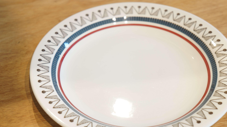 スウェーデンを代表する陶器メーカー、ロールストランドの『Bimbo/ビンボ』シリーズ。 『Bimbo/ビンボ』とはイタリア語で『赤ちゃん』という意味があります。 こんなにかわいくて特徴的な絵柄のシリーズですが、デザイナーが今でもわからないとのこと… ビンボはその名の通り、子供が使うのに良さそうなかわいらしい配色や柄が特徴です。 レッドとブルーの二色のラインが入っているので、男の子でも女の子でも、 どちらでも使えそうですね。 丸と三角を組み合わせた絵柄は壁や天井から吊るすガーランドのようにも見えます。 もちろん、大人の方も使ってください。 18cmのプレートはケーキプレートとしてぴったのサイズ。 朝食のパンやフルーツを乗せるのにもいいですよ。 シンプルなデザインだけど、ユニークな絵柄にちょっと目を引かれる、ビンボ。 何気なくこのお皿を選んだつもりでも、このにぎやかなデザインが楽しい気分にしてくれそうです。 ~【東京都杉並区阿佐ヶ谷北アンティークショップ 古一/ZACK高円寺店】 古一/ふるいちでは出張無料買取も行っております。杉並区周辺はもちろん、世田谷区・目黒区・武蔵野市・新宿区等の東京近郊のお見積もりも!ビンテージ家具・インテリア雑貨・ランプ・USED品・ リサイクルなら古一/フルイチへ~