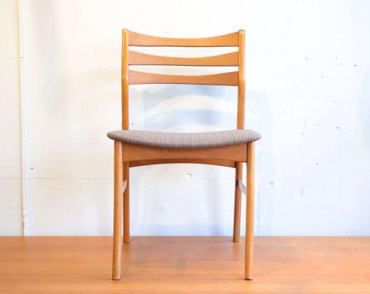 ダイニングチェア Faldsled & Mobelfabrik Dining Chair Made in Denmark 北欧家具/ デンマーク製 北欧家具 デンマークの家具メーカーFaldsled & Mobelfabrik社>のダイニングチェア1960年代の物と思われ、背もたれには、チーク材その他のフレームの部分には、ブナ材を使用しています。背もたれには適度な角度があり、もたれかかった時に心地よいホールド感を感じられます。座面は幅が広くゆったりとご使用いただけるチェアです。シンプルなデザインですが、Faldsled & Mobelfabrik社のこだわりを感じさせる一脚です。北欧モダン、和スタイルにも相性の良いフォルムです。座面は柔らかな生地感のファブリックに張り替えております。【東京都杉並区阿佐ヶ谷北アンティークショップ 古一】 古一/ふるいちでは出張無料買取も行っております。杉並区周辺はもちろん、世田谷区・目黒区・武蔵野市・新宿区等の東京近郊のお見積もりも!ビンテージ家具・インテリア雑貨・ランプ・USED品・ リサイクルなら古一/フルイチへ~