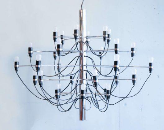 """圧倒的な存在感を放つシャンデリア。 その名も『MOD.2097』。 イタリア、ベネチア出身のデザイナー、ジノ・サルファッティが 1958年に発表しました。 私たちがパッと想像できる、いわゆる""""シャンデリア""""とは一味も二味も違います。 1本の太いパイプから長短がある細いパイプが水平に伸びた先に 小さな電球があります。 キレイなガラスなどの装飾は一切なく、ましてやソケットやコードはむき出しの状態。 果たしてこれが本当にシャンデリアなのかと疑がってしまうほど、 そのルックスは大胆で個性的。 しかし、明かりを灯してみると、不思議とこのシャンデリアは 美しくあたたかい光を放ちます。 ギラギラとした、いやらしい主張は全くありません。 エレガンスなのだけれどクールでもあり、洗練されているのだけれど無骨さもある… そんな両極端な要素を兼ねそろえる、まるでアート作品のようなシャンデリアです。 さて、こちらのシャンデリア、取付けの際は電気工事が必要となります。 重さが5kg以上あるため、天井から引っ掛けるシーリングでは重さに耐えられません… また、電球のワット数にもよりますが電力的にもソケットでは負荷がかかりすぎてしまうため、 直で電源を引くことをおすすめいたします。 誕生から60年が経つということに驚くほど、このデザインはずっと色褪せることがありません。 ヨーロッパの伝統的なデザインのシャンデリアはちょっとゴージャスすぎて 自分の趣味に合わないな、という方。 このMOD.2097ならばアリではないでしょうか。 吊り下げたときの感動と衝撃をぜひ味わっていただきたいです。 ~【東京都杉並区阿佐ヶ谷北アンティークショップ 古一】 古一/ふるいちでは出張無料買取も行っております。杉並区周辺はもちろん、世田谷区・目黒区・武蔵野市・新宿区等の東京近郊のお見積もりも!ビンテージ家具・インテリア雑貨・ランプ・USED品・ リサイクルなら古一/フルイチへ~"""
