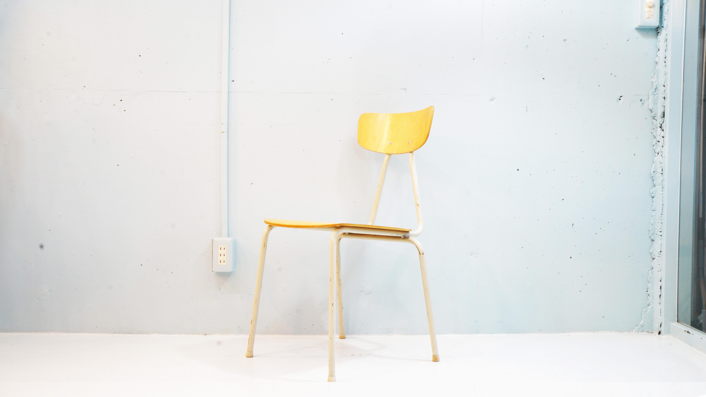 スウェーデンのスチールファニチャーメーカーARY STALMOBLER社製のビーチ材を使ったスクールチェア。日本の学校椅子とは違いスウェーデンらしいスタイリッシュなデザインにスクールチェアとして設計されている為、軽量な上に頑丈な作りとなっております。スタッキングも可能ですので場所をとらず、また、座面の高さが44cmとダイニングチェアとしてもご使用頂けます。スカンジナビアン、ナチュラル、ヴィンテージと様々なインテリアスタイルに合うチェアです。お探しだった方は、是非この機会にいかがでしょうか。~【東京都杉並区阿佐ヶ谷北アンティークショップ 古一/ZACK高円寺店】 古一では出張無料買取も行っております。杉並区周辺はもちろん、世田谷区・目黒区・武蔵野市・新宿区等の東京近郊のお見積もりも!ビンテージ家具・インテリア雑貨・ランプ・USED品・ リサイクルなら古一へ~