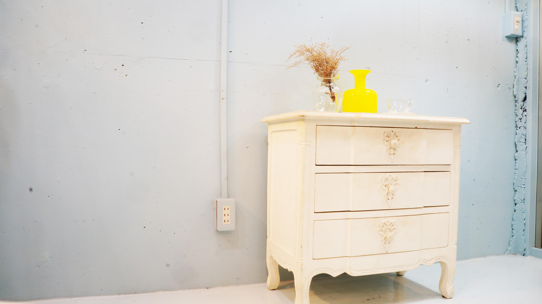 パリに4店舗を構えるインテリアブランド blanc d'ivoire(ブランディボワール)デザイナーのモニクがすべてオリジナルで創る世界はフレンチクラッシックをベースに洗練されたデザインでブランドを確立しています。 柔らかく上品な色使いや、アンティーク加工などで温かみをプラスした家具やシャンデリアなど、高級で家族が集うやさしい世界観のライフスタイルを提案しています。こちらのキャビネット、シャビーシックなデザインに 様々なシュチュエーションで使用出来る程よいサイズ感、三段の収納と、とても人気の高い商品です。 お探しだった方は、是非この機会にいかがでしょうか。~【東京都杉並区阿佐ヶ谷北アンティークショップ 古一/ZACK高円寺店】 古一では出張無料買取も行っております。杉並区周辺はもちろん、世田谷区・目黒区・武蔵野市・新宿区等の東京近郊のお見積もりも!ビンテージ家具・インテリア雑貨・ランプ・USED品・ リサイクルなら古一へ~
