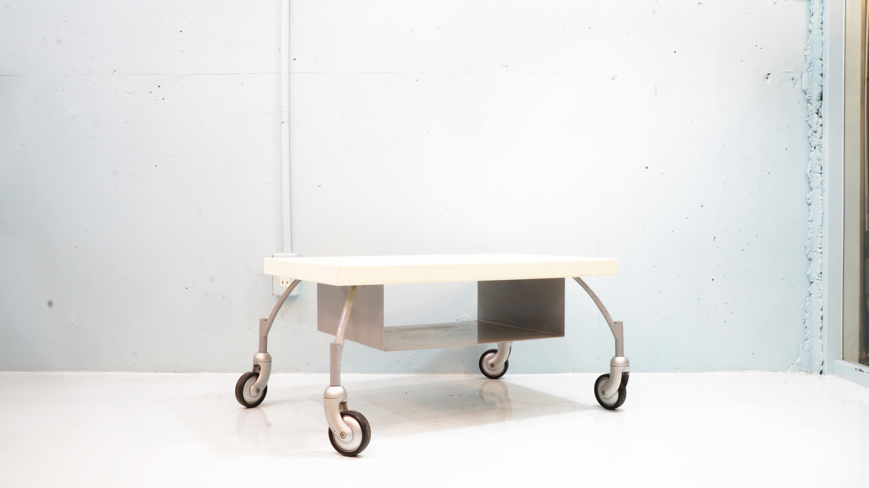 イタリアのモダンファニチャーをリードし続けるブランド、カッシーナ。そんなカッシーナらしいデザインのTVボードがこちらのTV TROLLEY。天板の素材には、MDFを使いMDF・・・木材の様に軽量、かつ木材特有の反りや乾燥割れしない。脚には軽く頑丈なアルミ素材を使いデザインだけではなく、家具の本質である使いやすさも兼ね揃えています。モダンインテリア、シンプルインテリアには相性良くまた、センターテーブルやサイドテーブルとしてもご使用頂けるかと思います。お探しだった方は、是非この機会にいかがでしょうか。~【東京都杉並区阿佐ヶ谷北アンティークショップ 古一/ZACK高円寺店】 古一では出張無料買取も行っております。杉並区周辺はもちろん、世田谷区・目黒区・武蔵野市・新宿区等の東京近郊のお見積もりも!ビンテージ家具・インテリア雑貨・ランプ・USED品・ リサイクルなら古一へ~