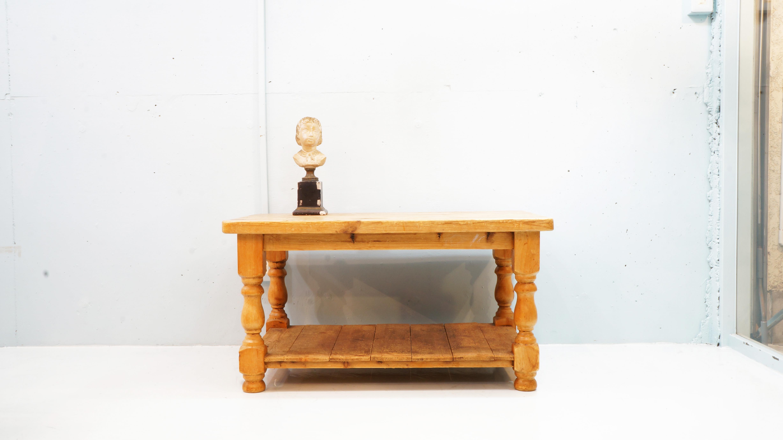 フランスアンティークのワークテーブル。パイン材をふんだんに使い、どっしりとした雰囲気を持ちつつも脚の丸みを帯びたシェイプがフランスアンティークならではのエレガントさを感じさせます。シャビーシック、インダストリアル、ナチュラル、ヴィンテージスタイルなど幅広いインテリアのお部屋に馴染みの良いワークテーブルです。また、ワークテーブルの中でも数少ない小振りなサイズですのでセンターテーブルやコーヒーテーブルにもお使い頂けるかと思います。お探しだった方は、是非この機会にいかがでしょうか。~【東京都杉並区阿佐ヶ谷北アンティークショップ 古一/ZACK高円寺店】 古一では出張無料買取も行っております。杉並区周辺はもちろん、世田谷区・目黒区・武蔵野市・新宿区等の東京近郊のお見積もりも!ビンテージ家具・インテリア雑貨・ランプ・USED品・ リサイクルなら古一へ~