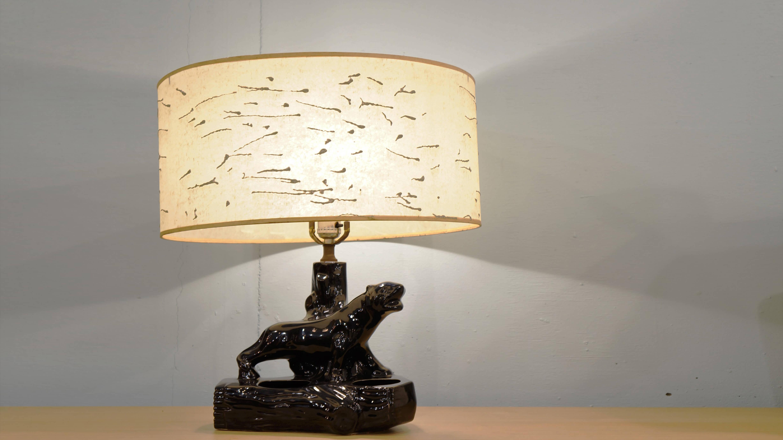 1950年代のアメリカを代表するブラックパンサーモチーフの陶器製テーブルランプ。岩の上に立つブラックパンサーの佇まいは、とても力強いデザインとなっており、ランプを消した状態でもオブジェとしての使用や、ベースの空洞を生かしてグリーンを飾ったり、ペンや小物を立てる等、ランプ以外にも様々な用途で、使用いただけます。エルビスプレスリーも好んだというこのパンサーモチーフは、アメリカでもかなり希少になってきているようで、シェードの状態も良く、目だった損傷などのないこちらの商品は、パンサーコレクターのコレクションや、USの50's~60's好きの方々や、ショップのインテリア照明などにも、オススメです。この機会にお探しの方は是非♪~【東京都杉並区阿佐ヶ谷北アンティークショップ 古一/ZACK高円寺店】 古一では出張無料買取も行っております。杉並区周辺はもちろん、世田谷区・目黒区・武蔵野市・新宿区等の東京近郊のお見積もりも!ビンテージ家具・インテリア雑貨・ランプ・USED品・ リサイクルなら古一へ~