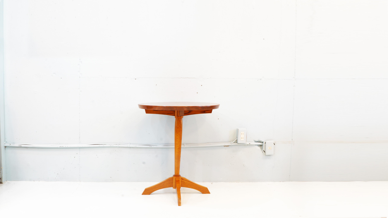オークヴィレッジは、1974年の創設以来木という身近な素材を使い、 環境との共生を目指したモノ造りを実践「100年かかって育った木は100年使えるものに」「お椀から建物まで」「子ども一人、どんぐり一粒」という3つの理念のもと国産無垢材を用い、飛騨高山の地で健康と環境に配慮した家具を生産している老舗家具メーカーです。こちらのティーテーブルもいくつもの部材を使いながらも、飛騨高山伝統の木組みを生かししっかりとした安定感をもち、100年使えるものという理念を感じさせてくれる構造になっております。また仕上げに木材が持っている柾目・板目などの素地の美しさや木目(道管)の自然な流れを際立てる日本古来からの塗り方、拭き漆塗り加工を施してるため、高級感があり、表面強度、耐久性も優れています。サイズも大きすぎず、置く場所にも困らず、軽量ですので様々な場所やシチュエーションで活躍してくれるティーテーブルです。お探しだった方は、是非この機会にいかがでしょうか。。~【東京都杉並区阿佐ヶ谷北アンティークショップ 古一/ZACK高円寺店】 古一では出張無料買取も行っております。杉並区周辺はもちろん、世田谷区・目黒区・武蔵野市・新宿区等の東京近郊のお見積もりも!ビンテージ家具・インテリア雑貨・ランプ・USED品・ リサイクルなら古一へ~