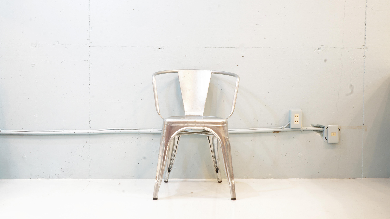 フランスを代表する家具メーカーTOLIX/トリックスが販売する、A-CHAIRでお馴染みのアームチェア。TOLIX/トリックスの創業者でもあるxavier pauchard / グザビエ・ポシャールがデザインした本商品は、スチールに亜鉛メッキを施し、メタルシートを使って細部を加工。その為、防錆・耐久性に非常に優れています。カラーは「ラウ」ですので、本体にサビや擦れの加工を施してあります。ですので、屋内はもちろん、屋外でも大変馴染みが良く、長く使い込むほどに味わいを増す一脚です。肘掛け付きなので、ラグジュアリー感が有り、あなたの指定席にしたくなるはず♪お探しだった方、是非この機会に如何でしょうか。~【東京都杉並区阿佐ヶ谷北アンティークショップ 古一/ZACK高円寺店】 古一では出張無料買取も行っております。杉並区周辺はもちろん、世田谷区・目黒区・武蔵野市・新宿区等の東京近郊のお見積もりも!ビンテージ家具・インテリア雑貨・ランプ・USED品・ リサイクルなら古一へ~