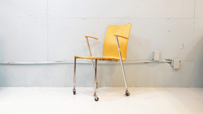 1954年創業のフィンランドの家具メーカー。1920年代にアルヴァ・アアルトと共に曲げ木のデザイン技術を開発した、オットー・コルホネンの息子によって立ち上げられ、現在もアルテック社と共にアアルトの家具を製造しています。見た目の軽やかさとは違い、しっかりとした作りで強度があり、ダイニングを彩るチェアとしてはもちろんですが、書斎のワーキングチェアとしてなど、様々な用途でご使用して頂けると思います。こちらの商品は、北欧の木材が素材の合板と曲げ木が特徴です。また、座面の独特のしなりは、コルホネンの洗練されたデザインセンスが光るキャスターチェアーになります。 〜【東京都杉並区阿佐ヶ谷北アンティークショップ 古一/ZACK高円寺店】 古一では出張無料買取も行っております。杉並区周辺はもちろん、世田谷区・目黒区・武蔵野市・新宿区等の東京近郊のお見積もりも!ビンテージ家具・インテリア雑貨・ランプ・USED品・ リサイクルなら古一へ~