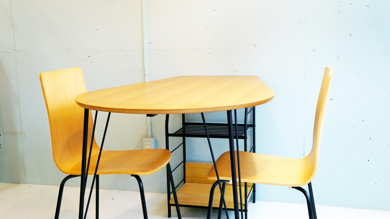1986年に大阪府摂津市にて創業したあずま工芸が手がける、オリジナル家具のブランド「TOCOM」。チェアや収納家具、ホームユースはもちろんオフィスユースにもマッチするスタイリッシュな製品などトータルコーディネートを可能にする多種多様なラインナップを展開しています。様々なインテリアショップで取り扱いされている人気の家具メーカーです。こちらのダイニングセット、木目調の天板とブラックに塗装された脚のコントラストがデザインを引き立てており、スタイリッシュでモダンな印象の中にも木の柔らかさ、温かみを感じさせてくれる商品です。天板の両端のシルエットが違うため、様々なシチュエーション間取りに対応足元には、収納もついており雑誌や小物などをしまう場所にも困りません。ナチュラルインテリア、和モダンインテリアなど様々なインテリアスタイルとマッチするダイニングセットです。お探しだった方は、是非この機会にいかがでしょうか。~【東京都杉並区阿佐ヶ谷北アンティークショップ 古一/ZACK高円寺店】 古一/ふるいちでは出張無料買取も行っております。杉並区周辺はもちろん、世田谷区・目黒区・武蔵野市・新宿区等の東京近郊のお見積もりも!ビンテージ家具・インテリア雑貨・ランプ・USED品・ リサイクルなら古一/フルイチへ~