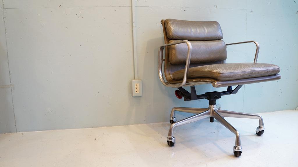 1969年,チャールズ&レイ・イームズによってデザインされ、イームズから発表されたソフトパッドグループマネジメントチェア。この椅子は、先のアルミナムグループの構造を活かしています。そして、座面には厚めのクッションが採用されていますので、とても柔らかい座り心地が実現されています。マネージメントチェアは背もたれが低くアーム付きです。それに加え、革新的な素材の使い方と、快適なサスペンションの採用で、オフィスチェアとして申し分のない完成度となっています。そして、そのシンプル且つ美しいラインは、洗練された高級感漂うワーキングスペースを演出します。ハーマンミラー社製の正規アイテムである、ソフトパッドグループマネジメントチェア。この機会に是非いかがでしょうか。~【東京都杉並区阿佐ヶ谷北アンティークショップ 古一/ZACK高円寺店】 古一/ふるいちでは出張無料買取も行っております。杉並区周辺はもちろん、世田谷区・目黒区・武蔵野市・新宿区等の東京近郊のお見積もりも!ビンテージ家具・インテリア雑貨・ランプ・USED品・ リサイクルなら古一/フルイチへ~