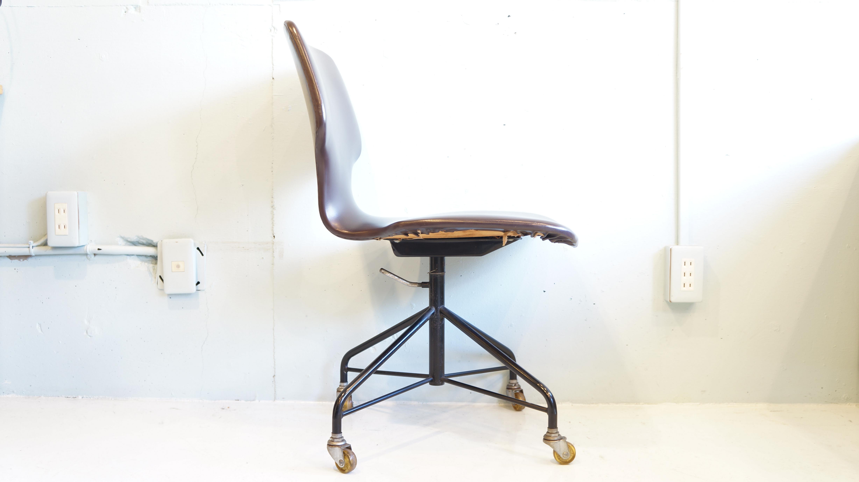 1970年代に製造された、ニッソーハイモールド製デスクチェア。 プライウッドで成型されたシートですので、背中をしっかり支えてくれる快適な座り心地です。 また、濃いブラウンのビニールレザーがとても味わい深く、レトロな雰囲気たっぷり。 座面は回転式で高さ調節もできます。 剣持勇デザインの天童木工のキャスターチェアに似ていることから、 発売当時とても人気があったというデスクチェアです。 希少な国産ビンテージチェアですので、お探しの方はぜひいかがでしょうか。 東京都の無料 出張見積もりは【東京都杉並区阿佐ヶ谷北アンティークショップ 古一/ZACK高円寺店】 古一/ふるいちでは出張無料買取も行っております。杉並区周辺はもちろん、世田谷区・目黒区・武蔵野市・新宿区等の東京近郊のお見積もりも!ビンテージ家具・インテリア雑貨・ランプ・USED品・ リサイクルなら古一/フルイチ/古市へ~