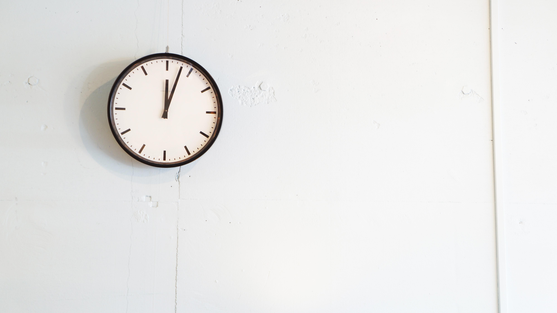 ゲオルグ・クリステンセン社製、掛け時計 「STATION CLOCK」デンマークの重要建築家のVilhelm Lauritzen/ヴィルヘルム・ラウリッツェンがデザインし、ムーヴメントは、世界初の電波時計を開発したことでも知られるドイツの老舗時計メーカーJUNGHANS/ユンハンスが製作。名前の通り、コペンハーゲンの駅で使用する為にデザインされておりシンプルで飽きのこない、まさしく工業デザインといった掛け時計です。北欧インテリア、モダン、レトロ、ヴィンテージスタイルなど様々なインテリアスタイルにマッチする商品です。お探しだった方は、是非この機会にいかがでしょうか。Vilhelm Lauritzen/ヴィルヘルム・ラウリッツェンヴィルヘルム・ラウリッツェン(1894-1984)はデンマーク建築史のなかで最も重要な建築家のひとりで、デンマーク機能主義建築の先駆者です。ノーレブロ劇場(Nørrebro Theatre, 1931-32)デールス・デパート(Daells Varehus, 1928-35、現在のサンクトペトリホテル)、ラジオハウス(1936-41)そしてモダニズム建築の傑作であるコペンハーゲン空港のターミナル39など、名作を多く手がけ、現在はコンサート会場ヴェガとして知られる市民会館(1953-56)、ワシントンのデンマーク大使館(Shellhuset, 1958-60)が挙げられます。特にラジオハウスとコペンハーゲン空港のターミナル39はデンマークの指定建築物ともなり、ヨーロッパの建築における近代主義の象徴と言われています。【東京都杉並区阿佐ヶ谷北アンティークショップ 古一/ZACK高円寺店】 古一では出張無料買取も行っております。杉並区周辺はもちろん、世田谷区・目黒区・武蔵野市・新宿区等の東京近郊のお見積もりも!ビンテージ家具・インテリア雑貨・ランプ・USED品・ リサイクルなら古一へ~,ユーズド, リサイクル,ふるいち,古市,フルイチ,used,furuichi
