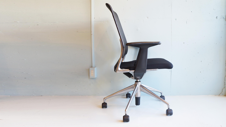 カルテルでのテクニカル・ディレクター、アルファロメオでのデザイン部長など輝かしい経歴を持つイタリア人デザイナー アルベルト・メダが1996年にデザインした自分の名前を冠したオフィスチェア MEDA CHAIR 。現代版のイームズの名作ワークチェア「アルミナムグループチェア」と言われるほどオフィスチェアとして高い評価を獲得しています。メダは、1981年よりアルファロメオでのデザイン部長を務めており、その時に素材とエンジニアリング要素をデザインに取り込むことを研究しました。このメダチェアはそのアルファロメオでの経験が生かされ、メダ独自の手法としてアルミによるフレーム自体をデザインの一部と捉え、機能とデザインを見事に統合した素晴らしいチェアに仕上がりました。メダチェアは、非常にシンプルなデザインですが、シンプルがゆえにどんな空間にでも適応します。また、その快適な座り心地はシンクロナイズド・メカニズムという機能によって生み出されており、背面と座面に施されたスプリング構造によって座る人の体の動きに合わせた柔軟な動きを実現しています。高さ調節もボタンひとつ、ポジションを変えたり、固定したりするのも座面レバーひとつで可能。オフィスチェアとして非常に完成度が高いです。チェア全体の70%以上がアルミニウムで出来ており、光沢感のあるボディは非常に高級感に溢れています。ヴィトラより販売され、日本でもグッドデザイン賞金賞を受賞しており、海外でも様々なデザイン賞を受賞している新世代のオフィスチェアの定番です。お探しだった方は、是非この機会にいかがでしょうか。~【東京都杉並区阿佐ヶ谷北アンティークショップ 古一/ZACK高円寺店】 古一では出張無料買取も行っております。杉並区周辺はもちろん、世田谷区・目黒区・武蔵野市・新宿区等の東京近郊のお見積もりも!ビンテージ家具・インテリア雑貨・ランプ・USED品・ リサイクルなら古一へ~,ユーズド, リサイクル,ふるいち,古市,フルイチ,used,furuichi