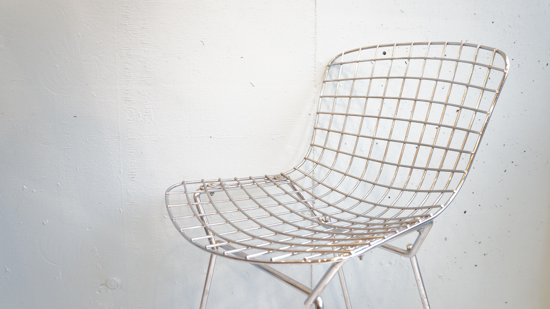 デザイナー、彫刻家でもあるHarry Bertoia/ハリー・ベルトイアが1952年に発表した、通称ベルトイアチェアのキッズサイズ。