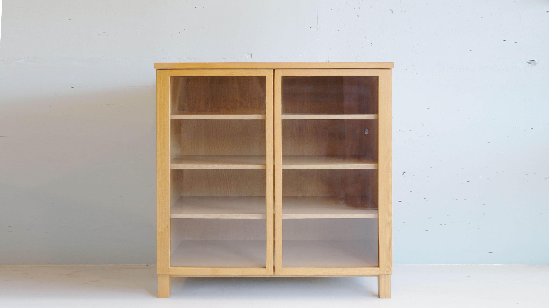 """無印良品のシンプルデザインのキャビネットになります。北米産のホワイトオーク材を使用し、他の無印良品の商品である、木製チェスト、シェルフと高さを83cmで合わして作られています。 和食器も洋食器もどちらも合います。また、ガラス扉なので、お気に入りの食器を入れて""""見せる収納""""に! ~【東京都杉並区阿佐ヶ谷北アンティークショップ 古一/ZACK高円寺店】 古一/ふるいちでは出張無料買取も行っております。杉並区周辺はもちろん、世田谷区・目黒区・武蔵野市・新宿区等の東京近郊のお見積もりも!ビンテージ家具・インテリア雑貨・ランプ・USED品・ リサイクルなら古一/フルイチへ~"""