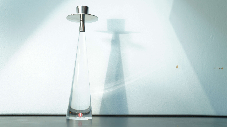 """北欧を代表するブランド、イッタラのキャンドルホルダー""""ascot""""。1950年以来、フィンランドデザインが世界的名声を得る立役者の一人、ティモ・サルパネヴァのデザイン。ティモ・サルパネヴァは、1956年に""""i-ライン""""と呼ばれるガラスコレクションを発表。イッタラ社のシンボルである「i」マークのロゴはこのコレクションのために自らが手掛けたデザインとして知られ、現在でも受け継がれています。ガラス、陶器、鋳物、テキスタイルなどの素材やグラフィックアートのプロフェッショナルとして、また英国王立芸術大学(RCA)、ヘルシンキ美術デザイン大学(UIAH)の名誉博士を務めるなど幅広い分野で活躍しました。「ガラスは""""空間の材質""""なので光にかざすには最も適した素材 」と言葉を残している通り、彼は美しいガラス製品数多くデザインしました。この""""ascot""""もそのひとつ。""""ascot""""は1988年に発表され、1995年まで生産されました。美しく透き通る円錐型のガラスはロウソクの光とともに空間に優しく溶け込みます。日本ではなかなか出会えないお品です。お探しの方はぜひこの機会にいかがでしょうか。~【東京都杉並区阿佐ヶ谷北アンティークショップ 古一/ZACK高円寺店】 古一/ふるいちでは出張無料買取も行っております。杉並区周辺はもちろん、世田谷区・目黒区・武蔵野市・新宿区等の東京近郊のお見積もりも!ビンテージ家具・インテリア雑貨・ランプ・USED品・ リサイクルなら古一/フルイチへ~"""