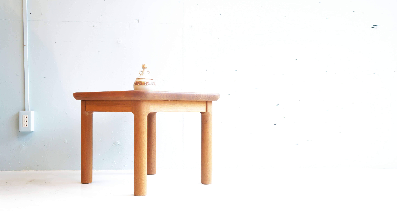 1970年代初頭、有名百貨店のインテリアフロアで販売され人気を博した国産脚物家具の最高峰、青林製作所のビンテージサイドテーブル。希少なチーク材をふんだんに使い、ずっしりとした重量感があります。天板は約4cmという分厚さ。ここまで贅沢にチーク材を使用した家具はあまり見かけることがないのではないでしょうか。美しい木目となめらかな木肌、そして角が取れた美しい曲線。当時、国産脚物家具の最高峰と言われた青林製作所の成せる技です。分厚いチーク材でしっかり作られているので、安定感も抜群です。小さめのテーブルですので、ソファやベッド脇でお使いいただくのはもちろん、一人用のテーブルとしてもお使いいただけます。シンプルなデザインだからこそ、チーク材の良さが十分に味わえるようなテーブルです。お探しの方はぜひいかがでしょうか。~【東京都杉並区阿佐ヶ谷北アンティークショップ 古一/ZACK高円寺店】 古一/ふるいちでは出張無料買取も行っております。杉並区周辺はもちろん、世田谷区・目黒区・武蔵野市・新宿区等の東京近郊のお見積もりも!ビンテージ家具・インテリア雑貨・ランプ・USED品・ リサイクルなら古一/フルイチへ~