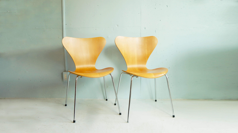 デンマークの建築家アルネ・ヤコブセンの代表作の一つ。そして、ブランドの代名詞となる作品を数多く持つ、フリッツハンセンから販売されています。セブンチェアのカラーリングは元々、 ブラック・ホワイト・ピーチのみでしたが、時代の経過によって、建築家・画家など様々なデザイナーの手により、幅広い色のバリエーションが誕生しました。現在では、色だけではなく、木目を活かしたナチュラル・ラッカー・カラードアッシュなど、仕上げにもバリーションがあります。外観の美しさもさることながら、成型合板が生む、座った時の適度なしなりと、左右に大きく広がった背もたれが、包み込むような安心感を与えてくれます。~【東京都杉並区阿佐ヶ谷北アンティークショップ 古一/ZACK高円寺店】 古一/ふるいちでは出張無料買取も行っております。杉並区周辺はもちろん、世田谷区・目黒区・武蔵野市・新宿区等の東京近郊のお見積もりも!ビンテージ家具・インテリア雑貨・ランプ・USED品・ リサイクルなら古一/フルイチへ~