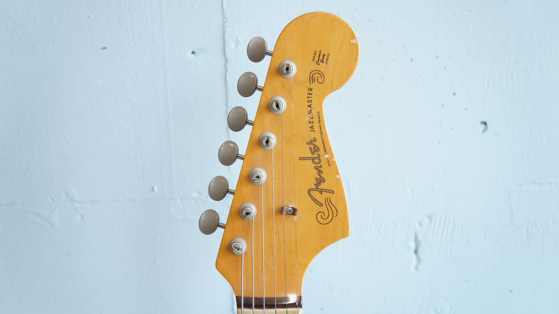 フェンダージャパン/ジャズマスターJM66。フェンダーソリッド・ギターの中でも最上位に位置した機種で、フローティング・トレモロやアルニコ・シングルコイル・ピックアップを搭載した1966年仕様のジャズマスターです。一頃はサーフミュージック・ギターの代表選手ように言われてきましたが、クリーントーンは勿論のことモデル名の通りウォームなトーンのジャージーなものからオーバードライブさせたロック・サウンドまで幅広くお使い頂けます。オルタナティブ・ロックを牽引してきたソニックユースのサーストンムーアも使用していることでも有名です。こちらをお探しの方も多いかと思います。是非この機会にいかがでしょうか。~【東京都杉並区阿佐ヶ谷北アンティークショップ 古一/ZACK高円寺店】 古一では出張無料買取も行っております。杉並区周辺はもちろん、世田谷区・目黒区・武蔵野市・新宿区等の東京近郊のお見積もりも!ビンテージ家具・インテリア雑貨・ランプ・USED品・ リサイクルなら古一へ~,ユーズド, リサイクル,ふるいち,古市,フルイチ,used,furuichi