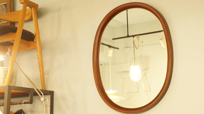 1977年に発表された、柳宗理デザインの秋田木工製ウォールミラー。秋田木工の高い技術力だからこそ成せる「曲木」を使ったシンプルな形。古代色という渋い色合いが落ち着いた雰囲気です。こちらは廃盤となっている、希少な大きいサイズです。毎日使う鏡だからこそ、シンプルで飽きのこないデザインのものを…。~【東京都杉並区阿佐ヶ谷北アンティークショップ 古一/ZACK高円寺店】 古一/ふるいちでは出張無料買取も行っております。杉並区周辺はもちろん、世田谷区・目黒区・武蔵野市・新宿区等の東京近郊のお見積もりも!ビンテージ家具・インテリア雑貨・ランプ・USED品・ リサイクルなら古一/フルイチへ~