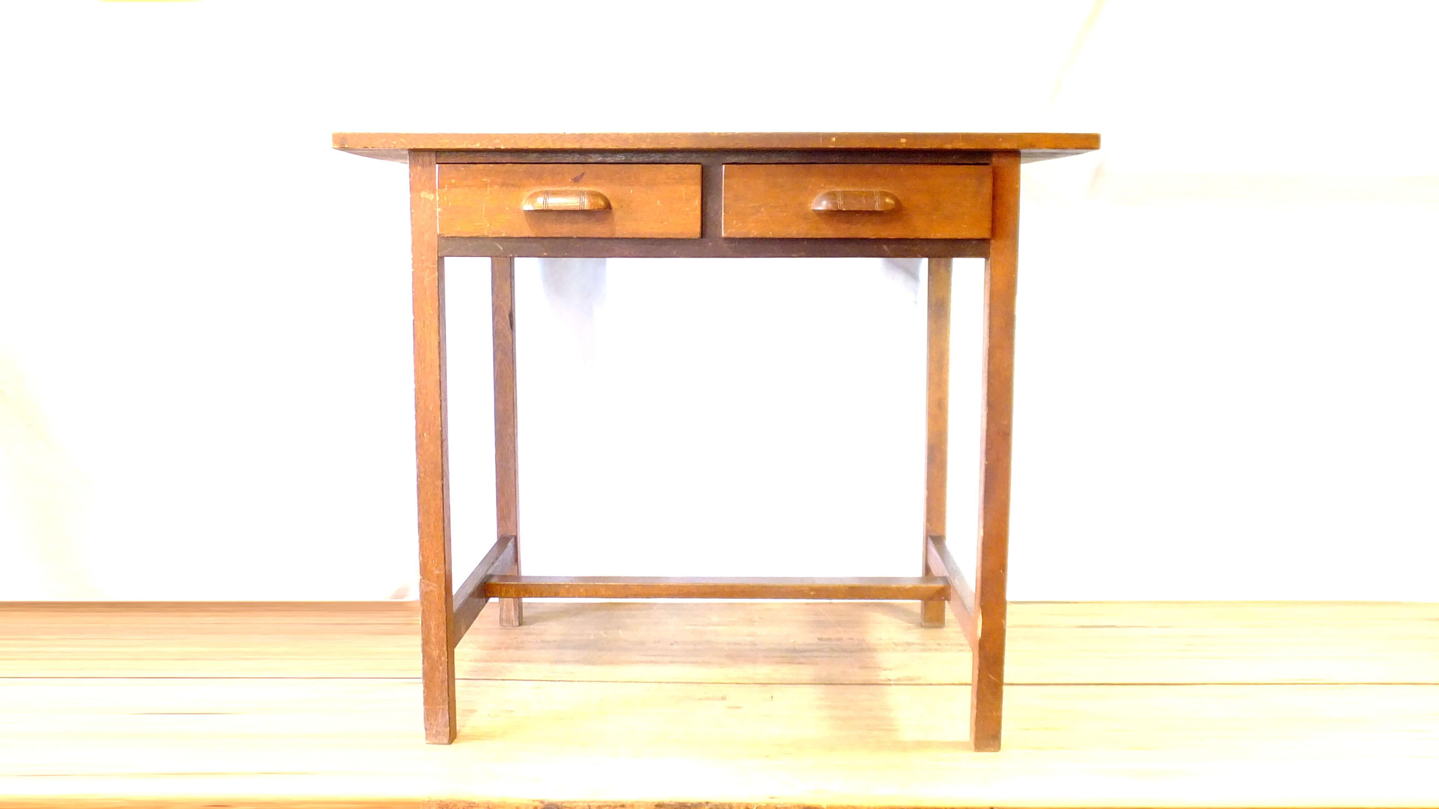 古い日本製の木丸取っ手が可愛らしい造りの良いデスクです。 引き出し横2杯のシンプルなデザイン, 小さめなサイサイズ感ですので、色々な用途でお使い頂けます。パソコンデスクやお子様の学習机、また作業台にも最適です。 店舗のディスプレイ台にも雰囲気良くお使い頂けます。使い込まれてやれた天板も、とても良い雰囲気です。飽きの来ない永くお使い頂ける家具です。お探しだった方は是非この機会にいかがでしょうか。~【東京都杉並区阿佐ヶ谷北アンティークショップ 古一/ZACK高円寺店】 古一/ふるいちでは出張無料買取も行っております。杉並区周辺はもちろん、世田谷区・目黒区・武蔵野市・新宿区等の東京近郊のお見積もりも!ビンテージ家具・インテリア雑貨・ランプ・USED品・ リサイクルなら古一/フルイチへ~