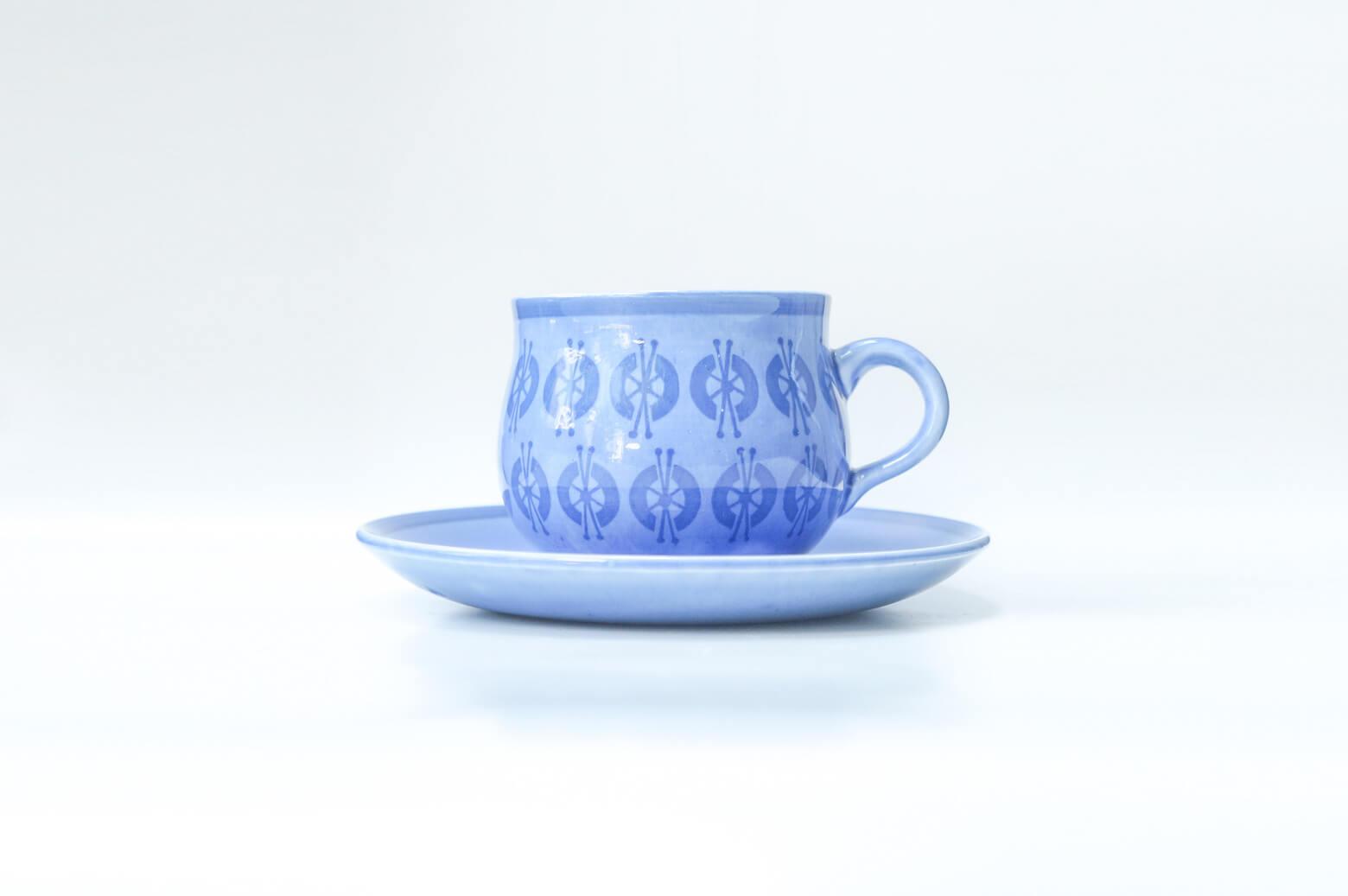 """世界中で愛される、北欧を代表する陶芸家リサ・ラーソン。 1954年にスウェーデンGUSTAVSBERG社に入社し、1979年に退社するまでの約20年間の間に数多くの作品を発表しました。 80歳を超える現在でも精力的に作品を製作し、活動しています。 リサ・ラーソンといえば、可愛らしい動物や人型のフィギュアが有名ですが、数はとても少ないですが食器のデザインも手掛けていました。 こちらは""""ジョセフィン""""という名前がついたシリーズのカップ&ソーサー。 淡く優しい水色をベースに少し濃いめのブルーでお花のような模様が描かれています。 少し厚手で、ぽってりとしたフォルム。 同じくリサ・ラーソンデザインの""""マチルダ""""というシリーズのカップ&ソーサーも同じフォルムです。 容量はたっぷり入りますので、コーヒーでも紅茶でもどちらでもお使いいただけます。 リサ・ラーソンのテーブルウェアは数が少ないため、なかなか出会えない希少なアイテムです。 北欧好きの方やリサ・ラーソンのファンの方のみならずとも、思わず手に取ってみたくなるような 可愛らしく、雰囲気のあるカップ&ソーサー。 ぜひいかがでしょうか♪ ~【東京都杉並区阿佐ヶ谷北アンティークショップ 古一】 古一/ふるいちでは出張無料買取も行っております。杉並区周辺はもちろん、世田谷区・目黒区・武蔵野市・新宿区等の東京近郊のお見積もりも!ビンテージ家具・インテリア雑貨・ランプ・USED品・ リサイクルなら古一/フルイチへ~"""