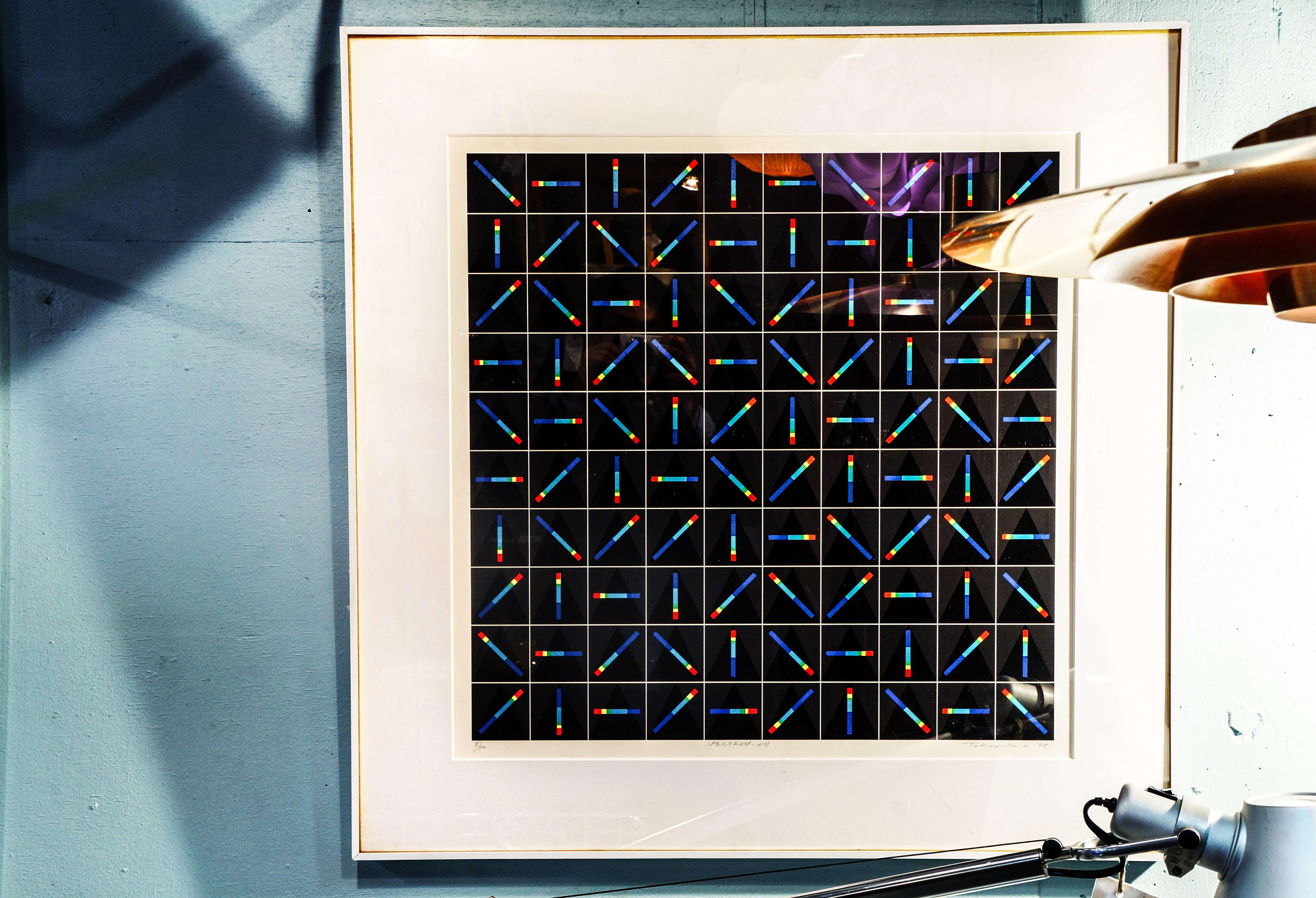 中山隆右初期の制作のテーマである『スペクトラム シリーズ(光譜)』は、視覚では見えない光を表現しています。そのように表現することで、画かれたスペクトラムは無限の空間を予想させるよう描かれております。こちらのような幾何学的なアート作品はミットセンチュリー雰囲気や、シンプルなインテリアに相性が良く、壁面空間の演出に最適です。~【東京都杉並区阿佐ヶ谷北アンティークショップ 古一/ZACK高円寺店】 古一/ふるいちでは出張無料買取も行っております。杉並区周辺はもちろん、世田谷区・目黒区・武蔵野市・新宿区等の東京近郊のお見積もりも!ビンテージ家具・インテリア雑貨・ランプ・USED品・ リサイクルなら古一/フルイチへ~白川家具,デスク,作業台,ダイニングテーブル,無垢,ブラックチェリー,チェリー,温もり,クラシック,Japan,Products,,絵画,ポスター,モダン,インテリアデザイン,ミットセンチュリー,シンプル,模様,幾何学模様,