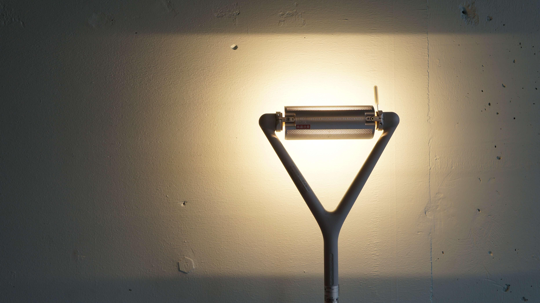 """LOLA(ローラ)ランプは、イタリアでコンテンポラリー照明のパイオニアとも言うべきルーチェプランによって1987年に発表されたフロアランプです。イタリアデザイン界の巨匠アルベルト・メダとルーチェプランの創業者の一人でもあるパオロ・リツァットによってデザインされました。1989年にはLOLAはイタリアデザイン界で最も権威ある賞「コンパッソ・ドーロ」を受賞。デザインは至ってシンプルで長い釣竿のような伸び縮みするステムと回転式で光の角度が変えられるヘッド部分、そして三本脚から構成されます。素材は複雑に入り混じる形となっており、ボディとヘッドはフィラメントワインディング製法でポリエステルとガラスを使用しており、脚の部分にはポリウレタンをダイカスト製法で仕上げています。シンプルなデザインで1m57cmから最大で2m26cmまで伸ばすことが可能、ヘッドの角度を変えて様々な光の演出を創り出すことが出来るようになっています。ムーディな間接照明作りなどにはぴったりの現代モダン照明として活躍するお品物です。お探しだった方は、是非この機会にいかがでしょうか。【LUCE PLAN/ルーチェプラン】ルーチェプランは1978年にイタリアで設立された照明メーカー。Riccardo Sarfatti、Paolo Rizzatto、Sandra Severiの3人の建築家たちが自身の哲学御アイディア実現するべく結成された。当時から省エネ思想やコンテンポラリーなデザインを積極的に取り入れたパイオニアともして知られている。中でも同社の""""ホープ""""シリーズのライトはベストセラーとして世界中のホテル、商業施設、住宅などで使用されている。~【東京都杉並区阿佐ヶ谷北アンティークショップ 古一/ZACK高円寺店】 古一/ふるいちでは出張無料買取も行っております。杉並区周辺はもちろん、世田谷区・目黒区・武蔵野市・新宿区等の東京近郊のお見積もりも!ビンテージ家具・インテリア雑貨・ランプ・USED品・ リサイクルなら古一/フルイチへ"""