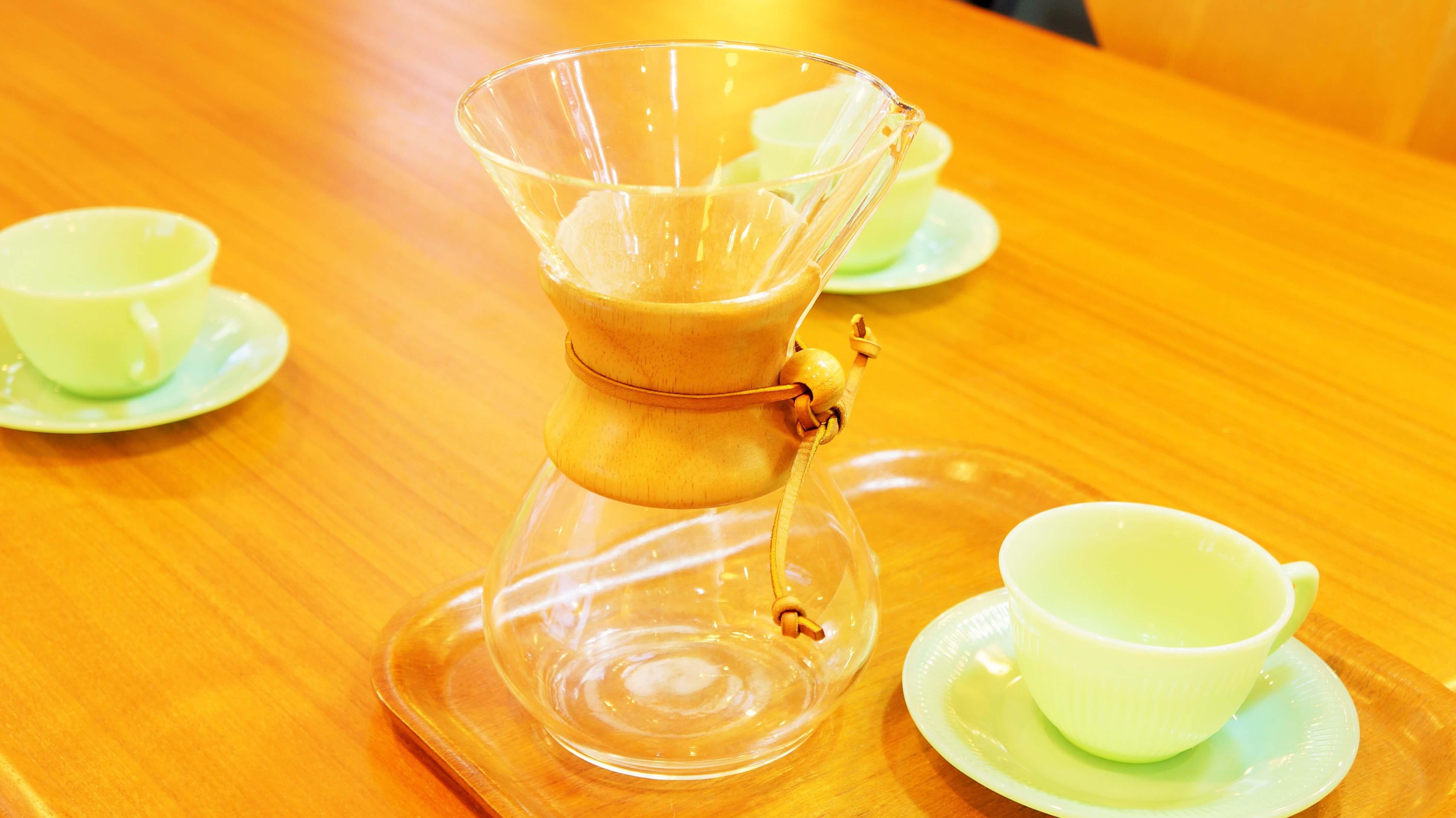 1941年の誕生以来、半世紀以上もの間ロングセラーとして世界中のコーヒー通に愛され続けているケメックスのコーヒーメーカー。ドイツに生まれのちにアメリカに移住した科学者ピーター・シュラムボーム博士が考案しました。三角フラスコと漏斗を合体させたような不思議な形は、実験室に転がっていたフラスコを コーヒーメーカー代わりに使っていたことから由来するとのことです。一見、コーヒーメーカーには見えないようなルックス。そのコーヒーメーカーらしからぬ美しいデザインはニューヨーク近代美術館(MoMA)やフィラデルフィア美術館、スミソニアン博物館に永久展示品として展示されているほど。コーヒーを淹れるならケメックスでないとというほど、コーヒー通には必須と言っていいようなアイテムです。シンプルな構造だからこそ、淹れる人によって味が大きく変わると言われています。持ちやすいようにウッドクリップが取り付けられています。忙しい毎日の中でも、こだわりの品でゆっくりとコーヒーを淹れて、リラックスした時間を過ごしてみてはいかがでしょうか♪~【東京都杉並区阿佐ヶ谷北アンティークショップ 古一/ZACK高円寺店】 古一/ふるいちでは出張無料買取も行っております。杉並区周辺はもちろん、世田谷区・目黒区・武蔵野市・新宿区等の東京近郊のお見積もりも!ビンテージ家具・インテリア雑貨・ランプ・USED品・ リサイクルなら古一/フルイチへ~