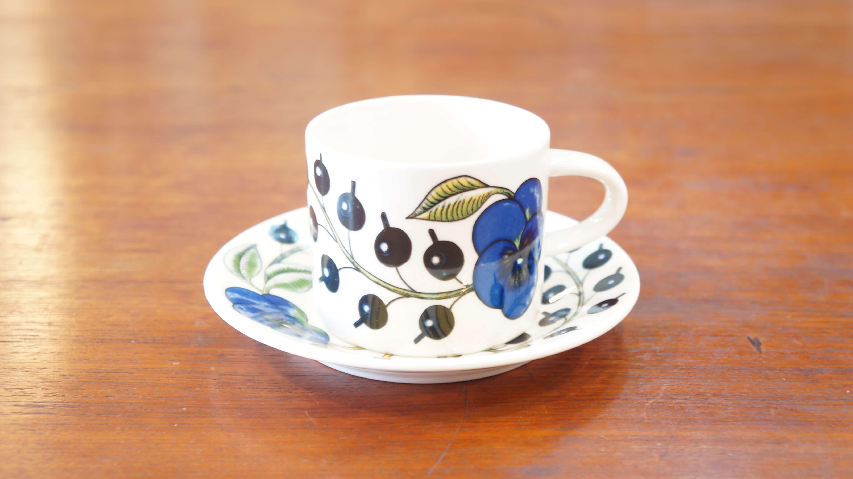 """フィンランドを代表する陶芸家で、""""陶芸界のプリンス""""""""デコレーションの王様""""とも呼ばれた、ビルイエル・カイピアイネンによって1969年にデザインされた不朽の名作PARATIISI(パラティッシ)。40年以上経った今でも、アラビアのクラシックシリーズとして愛され続けています。アラビアファンのみならず、一度は目にしたことがあるという方も多いはず。PARATIISI(パラティッシ)とはフィンランド語で""""楽園""""という意味を持ちます。パンジー、カシス、ぶどう、りんごなどの花や果実のモチーフが大胆に描かれており、その名の通りまさに楽園のように華やかなデザイン。それぞれが見事に調和しあっており、とても印象的な絵柄です。こちらのブルーとイエローが使われたものが一番最初に発表され、パラティッシシリーズのルーツとなっています。食卓にひとつあるだけで、一気に彩りと楽しい雰囲気を与えてくれるようなシリーズです。日本の食卓でも使いやすく、デザイン性の高い北欧食器。その人気は近年ますます高くなってきています。北欧食器の初心者という方もまずは定番シリーズのパラティッシから取り入れてみてはいかがでしょうか♪~【東京都杉並区阿佐ヶ谷北アンティークショップ 古一/ZACK高円寺店】 古一/ふるいちでは出張無料買取も行っております。杉並区周辺はもちろん、世田谷区・目黒区・武蔵野市・新宿区等の東京近郊のお見積もりも!ビンテージ家具・インテリア雑貨・ランプ・USED品・ リサイクルなら古一/フルイチへ~"""
