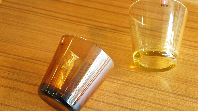 """実用的な製品を数多く手がけたことで「フィンランドの良心」と言われた、フィンランドの巨匠カイ・フランクが1958年に発表した""""カルティオ""""。半世紀以上にわたり多くの人々に愛され続けている、イッタラのロングセラー商品です。一切の無駄を省いた、シンプルで美しい直線的なフォルム。シンプルだからこそ、イッタラのガラスの美しさや飲み物自体の美しさが際立ちます。似たようなデザインのグラスはたくさんありますが、カルティオがその原点です。カイ・フランクのデザインはシンプルなものが多く、どれもが飽きることがなく、それどころか日に日に愛着が増していくようなものばかり。家族が増えたら買い足したり、割れてしまったときには買い直したり、まさに「一生使い続けたい食器」と言えるのではないでしょうか。カルティオはカラーバリエーションが豊富なのも魅力のひとつですが、こちらは2014年に限定で発売された""""レモンイエロー""""と""""コッパー""""。レモンイエローはとても明るく爽やかな色。コッパーは深みと温かみを感じさせるブラウン系の色。どちらも廃盤となっているレアなお色です。機能的で飽きのこない、カイ・フランクデザインの食器をデイリーユースの仲間に加えてみてはいかがでしょうか♪~【東京都杉並区阿佐ヶ谷北アンティークショップ 古一/ZACK高円寺店】 古一/ふるいちでは出張無料買取も行っております。杉並区周辺はもちろん、世田谷区・目黒区・武蔵野市・新宿区等の東京近郊のお見積もりも!ビンテージ家具・インテリア雑貨・ランプ・USED品・ リサイクルなら古一/フルイチへ~"""