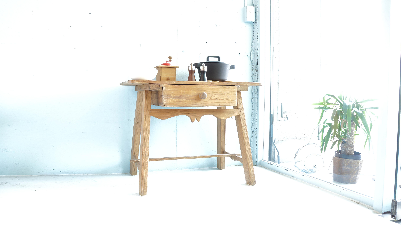 フランスアンティークを思わせる雰囲気の木製デスク。使い込まれた木の味が、アンティークスタイルやシャビーなインテリアとの相性が良いお品物です。パイン材を使用していますので、重量が軽く模様替えの際にも移動がスムーズにお使い頂けます。通常のデスクよりも小さめなサイズ感ですので、お子さま用の机や飾り棚など、様々シチュエーションで活躍してくれます。変わったデザインのデスクをお探しの方は是非♪~【東京都杉並区阿佐ヶ谷北アンティークショップ 古一/ZACK高円寺店】 古一/ふるいちでは出張無料買取も行っております。杉並区周辺はもちろん、世田谷区・目黒区・武蔵野市・新宿区等の東京近郊のお見積もりも!ビンテージ家具・インテリア雑貨・ランプ・USED品・ リサイクルなら古一/フルイチへ~