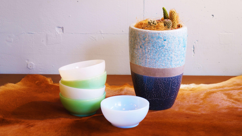"""1941年にアメリカで誕生し、現在でも世界中にコレクターがいるほどに愛され続ける 耐熱ガラス食器のブランド""""ファイヤーキング""""。 様々なカラーバリエーションやキャラクタープリントのマグカップが人気ですが、 それに次いで人気なのがこちらのチリボウル。 主に50年代に製造されたものが多く、素材はもちろん耐熱ミルクガラス。 アメリカの豆料理「チリコンカン」やシリアルフード向けに作られ、 別名シリアルボウルとも呼ばれています。 スープやサラダ、ヨーグルトなどを盛り付けるのにも使えたり、 小鉢のようにも使える多用途なボウルです。 こちらのカラーはファイヤーキングを代表するカラー""""ジェダイ""""、 独特の透明感のあるミルクホワイトと呼ばれる""""ホワイト""""、 1956年~1958年という短い間にのみ製造されていた希少な""""アズライト""""の3色。 ジェダイのボウルにはファイヤーキングのロゴが誕生した最初の刻印、 通称""""GLASS刻印""""と呼ばれる刻印が入っているレアなアイテムもあります。 ファイヤーキングの食器でアメリカの古き良き時代の雰囲気を 味わってみてはいかがでしょうか♪ バックスタンプ ジェダイ:OVEN Fire-King GLASS(1940年代後期~50年代前期、刻印なしの物もあり) ホワイト:OVEN Fire-King WARE MADE IN U.S.A(1950~60年代前期) アズライト:OVEN Fire-King WARE(1956~1958年) ~【東京都杉並区阿佐ヶ谷北アンティークショップ 古一/ZACK高円寺店】 古一/ふるいちでは出張無料買取も行っております。杉並区周辺はもちろん、世田谷区・目黒区・武蔵野市・新宿区等の東京近郊のお見積もりも!ビンテージ家具・インテリア雑貨・ランプ・USED品・ リサイクルなら古一/フルイチへ~"""