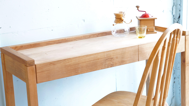 ベルギーに拠点を置くファニチャーブランド「エスニクラフト」。「塗装やデザイン、機能を無くす。それこそが一つの付加価値」を基準に、チーク,オーク,ウォルナットの3種の木材を柱に、全て無拓材で製作しています。「エスニクラフト」は、TVボードやキャビネット、サイドボードの箱ものを始め、ダイニングテーブルやチェア等の脚ものを大変得意としています。塗装をしていないので、家具一つ一つの表情が異なり、こちらは、チーク材を使ったコンソールデスク。塗装をしていないので、家具一つ一つの表情が異なります。また、持ち主の環境や使用方により、経年変化が異なるため、無垢材独特の味わい深い家具になっていきます。引き出しはサイズが違う2つが付いており、容量もたっぷりです。無拓のコンソールデスクをお探しの方、是非この機会にいかがでしょうか♪~【東京都杉並区阿佐ヶ谷北アンティークショップ 古一/ZACK高円寺店】 古一/ふるいちでは出張無料買取も行っております。杉並区周辺はもちろん、世田谷区・目黒区・武蔵野市・新宿区等の東京近郊のお見積もりも!ビンテージ家具・インテリア雑貨・ランプ・USED品・ リサイクルなら古一/フルイチへ~