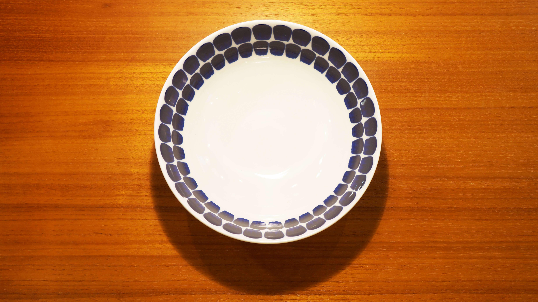 1998年にフィンランドのデザイン賞の中では最も権威のあるカイ・フランク賞を受賞したHeikki Orvola/ヘイッキ・オルヴォラがデザインし、オリジナリティーのある製品を幅広く扱うアラビア社から販売されたtukio bowl/トゥオキオ ボウル。無駄のないシンプルなフォルム。 筆で描いたような、手描き風の模様は一粒一粒が藍色のグラデーションのようになっています。外側は柔らかなホワイトで内側に模様が施されているデザイン。全体的に、どこか和の雰囲気も感じさせてくれます。種類としてはシリアルボウルになりますが、サラダや煮物を2~3人分盛り付けるのに適した大きさです。 TUOKIO/トゥオキオシリーズは、ボウル以外にも、プレートやマグカップなど日々活躍してくれるアイテムが揃っています。優しくシンプルなフォルムの食器をお探しの方は是非♪~【東京都杉並区阿佐ヶ谷北アンティークショップ 古一/ZACK高円寺店】 古一/ふるいちでは出張無料買取も行っております。杉並区周辺はもちろん、世田谷区・目黒区・武蔵野市・新宿区等の東京近郊のお見積もりも!ビンテージ家具・インテリア雑貨・ランプ・USED品・ リサイクルなら古一/フルイチへ~