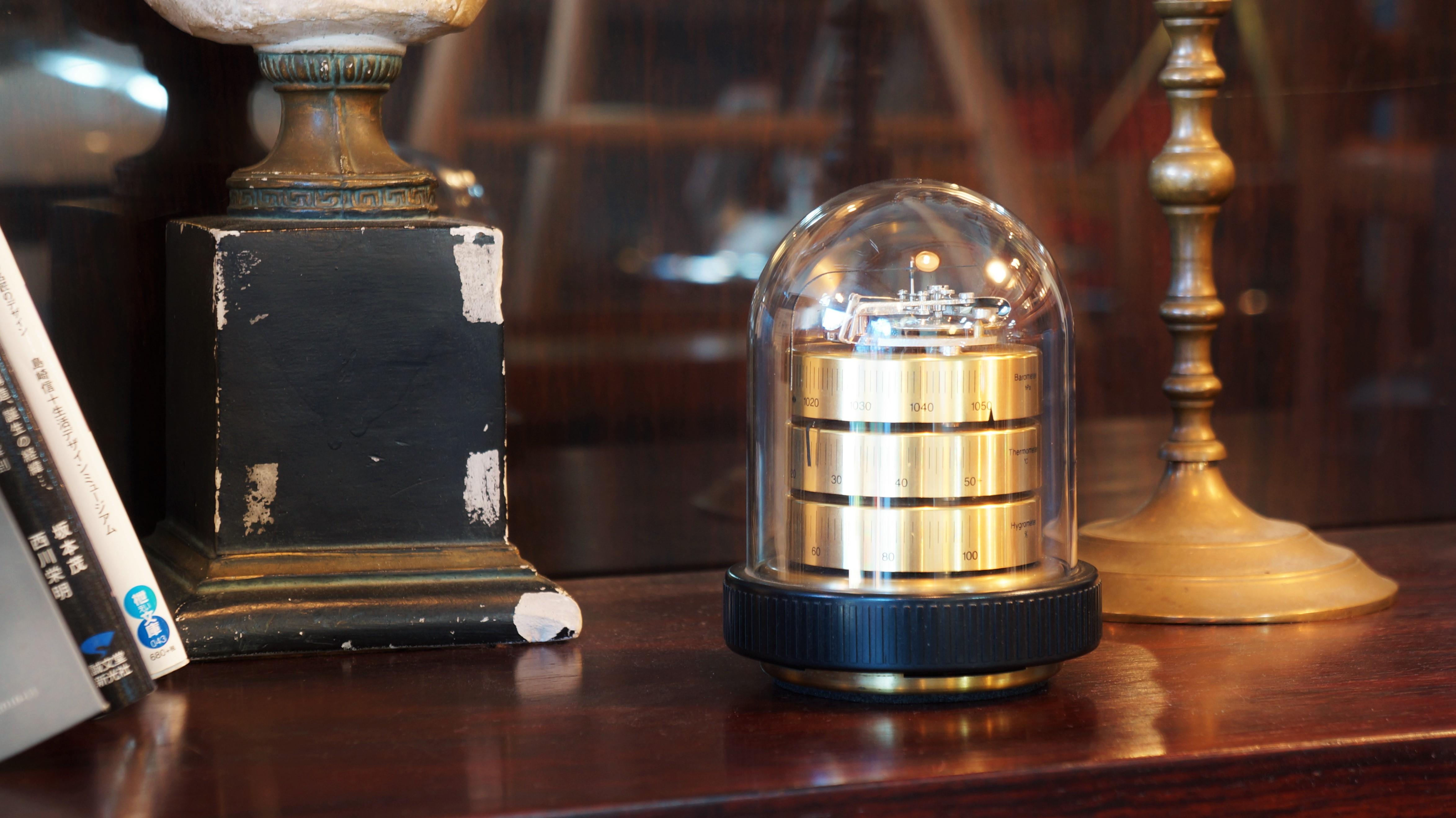 """1926年にドイツで誕生した、高品質の気圧計を生産するメーカー""""バリゴ""""の一番人気のドーム型の温湿気圧計。アクリルのドームの中に気象計が美しくレイアウトされています。 上段が気圧計、中段が温度計、下段が湿度計になっており、お部屋の温度と湿度はもちろん、気圧の変化までが一目で分かります。品質のこだわりが生み出す気品が感じられ、また、オブジェのような存在感があるので インテリアとしてもオススメの逸品です。正確性、信頼性、デザイン性、機能性のそれぞれが優れたバリゴの温湿気圧計を使って 日ごろの体調管理をしてみてはいかがでしょうか♪~【東京都杉並区阿佐ヶ谷北アンティークショップ 古一/ZACK高円寺店】 古一/ふるいちでは出張無料買取も行っております。杉並区周辺はもちろん、世田谷区・目黒区・武蔵野市・新宿区等の東京近郊のお見積もりも!ビンテージ家具・インテリア雑貨・ランプ・USED品・ リサイクルなら古一/フルイチへ~"""