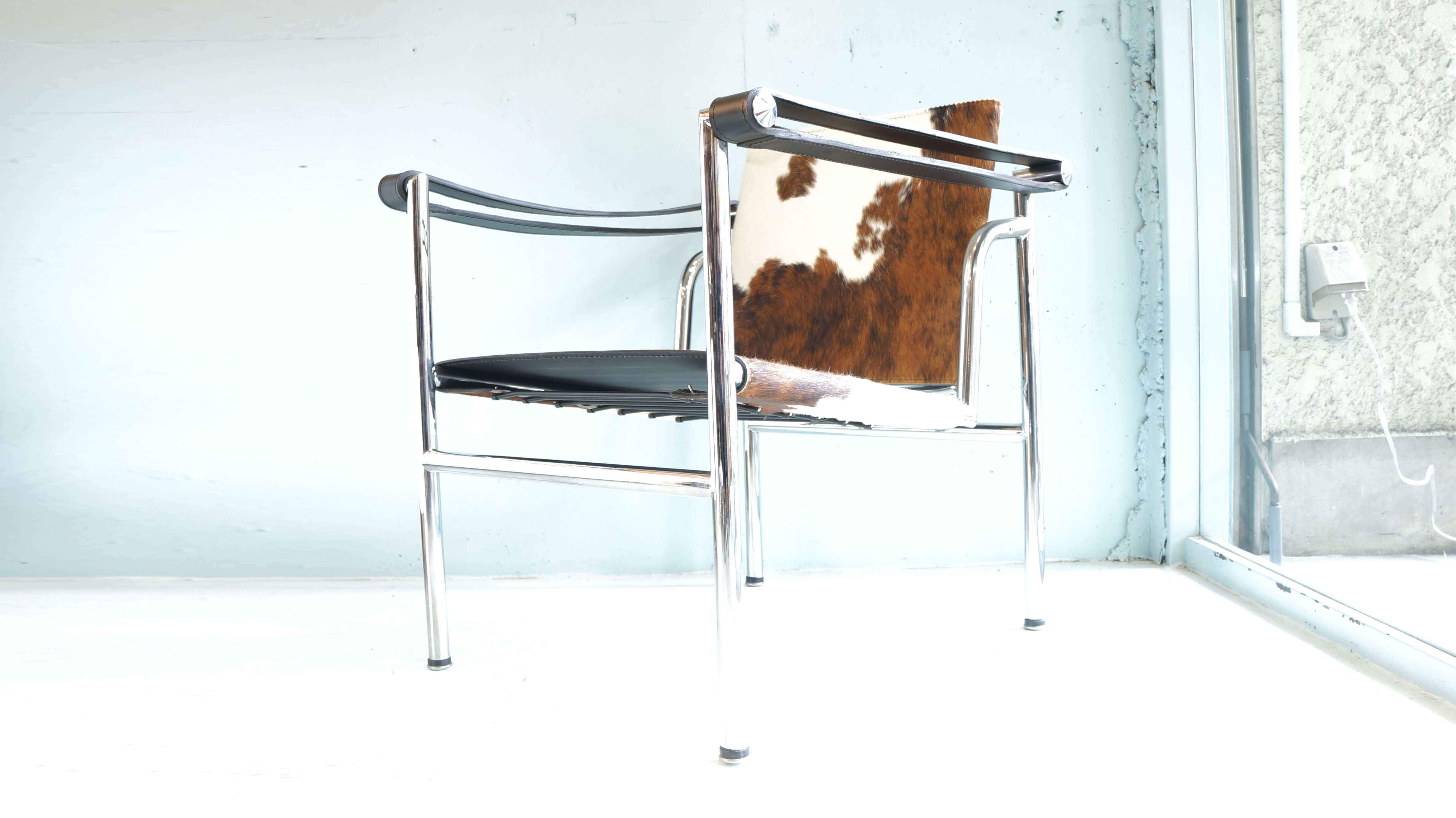 LC1 Sling chair design by Le Corbusier / スリングチェア バスキュランチェア ル・コルビュジエ