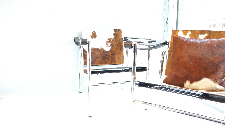 1928年にル・コルビュジエと、彼の従兄弟のピエール・ジャンヌレ、シャルロット・ペリアンとの共同デザインで制作されスリングチェア、バスキュランチェアとも呼ばれている20世紀に作られた椅子の中でマスターピースのひとつに数えられる名品LC-1。「住宅は住むための機械である」という言葉にある通り機能性を追及し水平・垂直・直角・回転(背・肘)という要素を含ませ、コルビジェが建築に対して抱いていた概念が惜しみなく注ぎ込まれた作品です。チャーチ邸の為にデザインされたこちらのLC1は、後にLCシリーズとして彼の代表作品となります.ニューヨーク近代美術館所蔵された、モダンデザイナーズチェアの定番ともいえる名作です。こちらのLC1はポニースキンの仕様ですのでスタイリッシュな印象のなかにも、高級感のあるお品物です。モダンインテリア、和モダン、オフィスなどに相性の良いチェアです。是非この機会にいかがでしょうか。【デザイナー】ル・コルビジェ(本名:シャルル=エドゥアール・ジャンヌレ=グリ)スイスのラ・ショー=ド=フォンで生まれ、フランスを拠点として活動した20世紀を代表する建築家。黄金比率に魅せられ幾何学形態の中に建築のモチーフの多くを見出し、数多くの作品を手がけました。事務所のメンバーであるピエール・ジャンヌレやシャルロット・ペリアンらと手掛けた家具「LCシリーズ」は、従来の装飾芸術としてのインテリアからの脱却を図る為の設備品としてデザインされた。建築では、サヴォワ邸、ラ・ロッシュ邸等の住宅の他に、大型のアパートメントであるユニテ・ダビタシオンやロンシャンの教会など数多くの名建築を残しました。~【東京都杉並区阿佐ヶ谷北アンティークショップ 古一/ZACK高円寺店】 古一/ふるいちでは出張無料買取も行っております。杉並区周辺はもちろん、世田谷区・目黒区・武蔵野市・新宿区等の東京近郊のお見積もりも!ビンテージ家具・インテリア雑貨・ランプ・USED品・ リサイクルなら古一/フルイチへ~