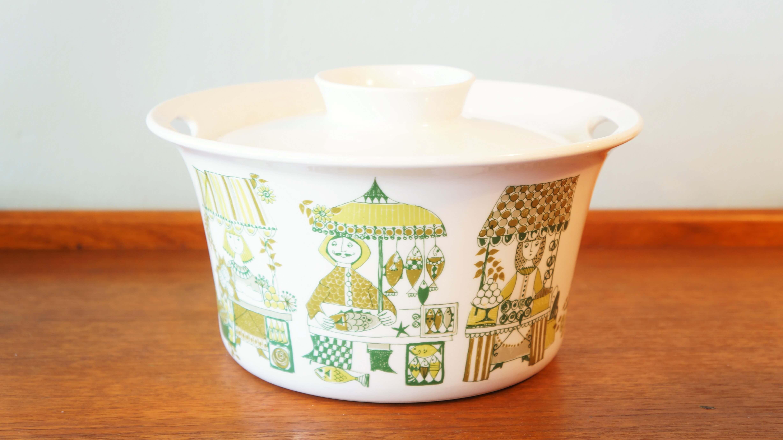 1941年にノルウェー南西部の街で生まれたテーブルウェアブランド、Figgjo/フィッギオ。当初は独特であたたかみのある、可愛らしい絵柄の家庭用食器を販売していましたが、1980年代ごろからは業務用食器の製造がメインとなっています。ヨーロッパでは有名なホテルや高級レストランでも使用されており、高品質なテーブルウェアブランドとして国内外で高く評価されているブランドです。こちらはかわいらしい絵柄で人気の女性デザイナー、トゥーリ・グラムスタッド・オリヴェルがデザインしたシリーズ「マーケット」のキャセロール。パーティーの時などに活躍してくれそうな大きめのサイズ。キャセロールですので、もちろんオーブンでの使用も可能です。 「マーケット」はその名の通り、魚やお花、果物などを売っている市場の出店の風景が かわいらしく描かれています。トゥーリが手掛けたシリーズは、「トゥーリデザイン」と呼ばれ、 フィッギオの中でも特に人気があり、「Turi-design」と刻印されている食器には高値がつくこともある、貴重なお品です。北欧デザインのかわいらしくあたたかみのある絵柄のテーブルウェアをぜひ食卓やキッチンにいかがでしょうか?お料理や食事をより一層楽しい時間にしてくれることでしょう!~【東京都杉並区阿佐ヶ谷北アンティークショップ 古一/ZACK高円寺店】 古一/ふるいちでは出張無料買取も行っております。杉並区周辺はもちろん、世田谷区・目黒区・武蔵野市・新宿区等の東京近郊のお見積もりも!ビンテージ家具・インテリア雑貨・ランプ・USED品・ リサイクルなら古一/フルイチへ~