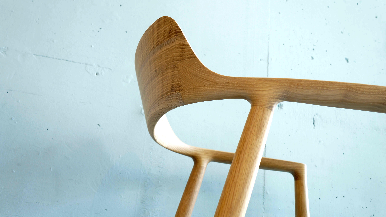 プロダクトデザイナー 深澤直人により、世界的名作「Yチェア(ハンス・ウェグナー作)」を超える普遍的な椅子を目指して作られたアームチェア「HIROSHIMA(ヒロシマ)」。ナチュラルな木肌を生かし、使用シーンを限定せず、あらゆる場所で使えることを想定したシンプルで精緻な構造。背からアームにかけての緩やかなカーブは背あたりが良く、滑らかで優しい肌触りとともに体にしっくりと馴染みます。上質な座り心地を持つ座面は、広くゆったりとしていますので、ダイニングチェアとしてだけでなくラウンジチェアとしてもお使いいただけます。オーク材の木目も美しく、光のあたる部分と影の部分とのコントラストが、椅子としての造形美をより際立たせています。北欧インテリア、ナチュラルスタイルなど様々なインテリアスタイルに相性の良いお品物です。お探しだった方は、是非この機会にいかがでしょうか。参考上代 159,000円深澤 直人/Fukasawa Naoto2003年Naoto Fukasawa Design設立。イタリア、フランス、ドイツ、スイス、北欧、アジアを代表するブランドのデザイン、国内外の大手メーカーのコンサルティングを多数手がける。「Without Thought」と表現する自身の思想のもとに、人間の無意識をデザインに置き換えるワークショップを開催し続け、2010年で11回目を迎える。米国IDEA金賞、ドイツif賞金賞、英国D&AD金賞、毎日デザイン賞、織部賞、Gマーク金賞など受賞歴多数。MARUNI COLLECTION日本を代表する家具メーカーの1つであるマルニ木工が世界的なデザイナーとともに世界に発信するマルニコレクション。開発パートナーに国際的なプロダクトデザイナーの深澤直人とジャスパー・モリソンを迎えて生み出されています。木製の椅子やソファーが人気で、中でもマルニコレクションの代表的シリーズ「HIROSHIMA」は現在では世界27ヶ国において展開されており、国際的なデザイン感覚と日本独自の木に対する美意識、そして精緻な構造を生み出すモノ造りの技が融合したマルニ木工にしか生み得ない「日本から世界に発信する家具」であり、匠の技が生んだ美しさの結晶です。~【東京都杉並区阿佐ヶ谷北アンティークショップ 古一/ZACK高円寺店】 古一では出張無料買取も行っております。杉並区周辺はもちろん、世田谷区・目黒区・武蔵野市・新宿区等の東京近郊のお見積もりも!ビンテージ家具・インテリア雑貨・ランプ・USED品・ リサイクルなら古一へ~,ユーズド, リサイクル,ふるいち,古市,フルイチ,used,furuichi,デザイナーズ,デザイナーズ家具,