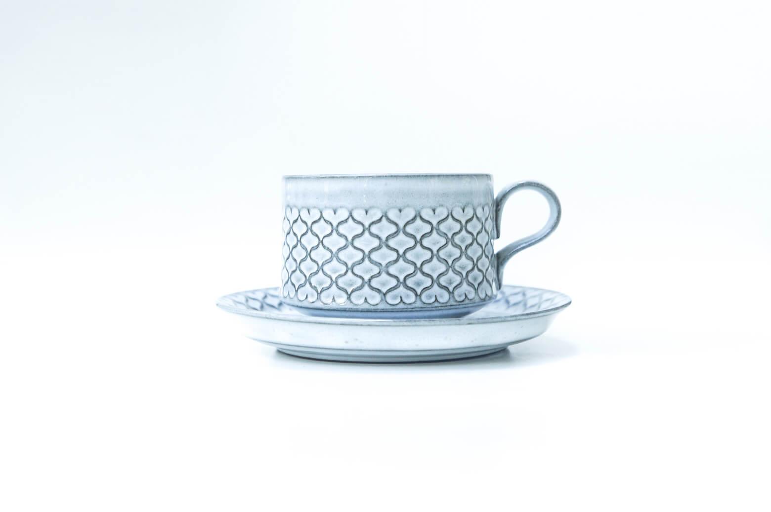 """DANSK社の創始者でありデンマークの近代デザインをリードしたデザイナー、イェンス・クイストゴーが手掛けた """"コーディアル""""シリーズのカップ&ソーサーです。 イェンス・クイストゴーは他にも、レリーフやアズールといったシリーズが有名です。 1950年代からデンマークの窯業では企業の合併や買収が盛んに行われていたため、 イェンス・クイストゴーのデザインしたものは時期によって刻印が異なります。 Kronjyden社、Nissen社、Bing & Grondahl社と会社が変わっても 生産され続けた人気の高いシリーズのひとつです。 """"コーディアル""""とはデンマーク語で""""真心""""や""""心からの""""という意味を持ち、 その名前の通り、実はハートがモチーフになっています。 ハート柄と言っても、決して甘くなりすぎず、落ち着いた雰囲気があります。 イェンス・クイストゴーは和食器からも影響を受けたと言われており、 こちらの""""コーディアル""""も日本の食卓にも自然と溶け込むようなデザインになっています。 北欧のヴィンテージ食器は分厚く少し重みがあるものが多いですが、 イェンス・クイストゴーのデザインのものはどれも厚すぎることなく、 手にすっと馴染むようなものばかりです。 お茶の時間が待ち遠しくなるような、素敵なヴィンテージ食器で、 ゆっくりとした時間を過ごしてみてはいかがでしょうか ~【東京都杉並区阿佐ヶ谷北アンティークショップ 古一/ZACK高円寺店】 古一/ふるいちでは出張無料買取も行っております。杉並区周辺はもちろん、世田谷区・目黒区・武蔵野市・新宿区等の東京近郊のお見積もりも!ビンテージ家具・インテリア雑貨・ランプ・USED品・ リサイクルなら古一/フルイチへ~"""