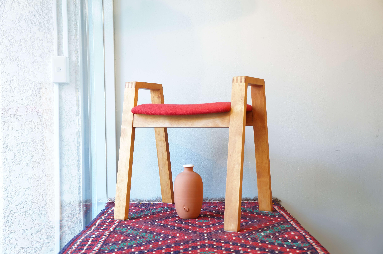 Ikususu(イクスス)は岐阜にある、50年以上の歴史をもつ木製家具の製造工房です。「人と自然にやさしい家具づくり」をコンセプトに作られたIkususuの家具は、生命力に溢れた温かみと、形容しがたい存在感を放ちます。若者にも共感されるスタイリッシュなフォルムもちつつ日本家具にも相性よく馴染んでくれるデザインが特徴です。こちらのスツールには、Alder(アルダー)の無垢材が使われています。無垢材は常に呼吸していると言われており、事実、室内の調湿や匂いのフィルターにもなることが科学的に立証されておりオイルによく馴染むので仕上げ後は木肌の美しさが一層引き立ち、輝きを放ちます。「亜麻の実」という健康食材から抽出されたオイルを使用。人の細胞が機能するには必要不可欠な「オメガ3」という栄養素を含んでいます。このオイルの殺菌効果は医学的にも立証されており、その安全性から食用はもちろん、ベビーオイルにまで使われております。肘掛付きのスツールは、立ち座りがとてもしやすく、両腕で体重を支えることができるので、ご高齢の方にも、小さな子供にもやさしい形です。また肘があることで持ち運びの際も便利です。岐阜の職人さんがひとつずつ時間と手をかけて作り上げたこちらのスツール、是非この機会にいかがでしょうか。~【東京都杉並区阿佐ヶ谷北アンティークショップ 古一/ZACK高円寺店】 古一では出張無料買取も行っております。杉並区周辺はもちろん、世田谷区・目黒区・武蔵野市・新宿区等の東京近郊のお見積もりも!ビンテージ家具・インテリア雑貨・ランプ・USED品・ リサイクルなら古一へ~,ユーズド, リサイクル,ふるいち,古市,フルイチ,used,furuichi,デザイナーズ,デザイナーズ家具