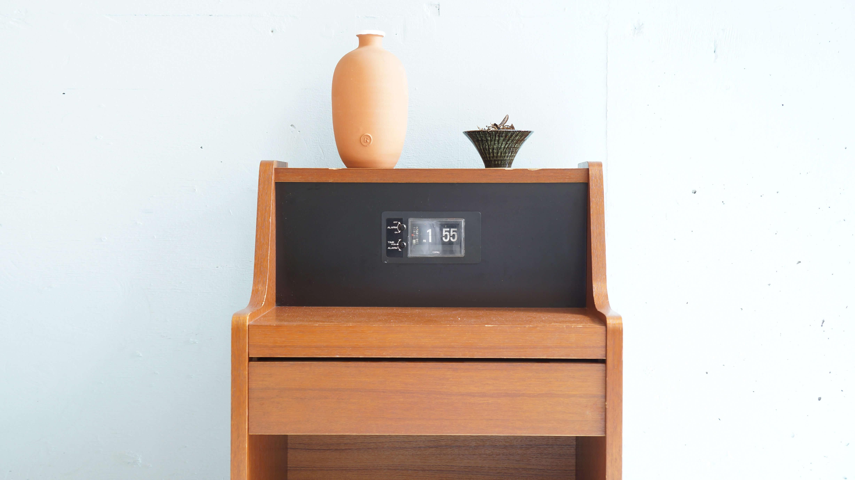 チークの色合いに美しい木目、ベーシックなボックススタイルが印象的なベッドサイドキャビネット。シンプルな造りですのでとても使いやすく、固定式棚板がセットされて いますので読みかけの本、新聞などを置いてご使用いただける幅広いシチュエーションで活躍してくれる収納家具です。COPAL社製のパタパタ時計(動作は致しますが、時間のずれがございます)が何か懐かしさを感じさせてくれるレトロなお品物です。ソファ、ベッド横に置いてサイドテーブルとしてお使いいただけるのはもちろんのことリモコン、眼鏡などの日用品を収納していただけますしベットサイドだけでなく狭いスペースににも置け小物の整理にも重宝致します。ソファー、ベッドサイドに是非いかがでしょうか。~【東京都杉並区阿佐ヶ谷北アンティークショップ 古一/ZACK高円寺店】 古一では出張無料買取も行っております。杉並区周辺はもちろん、世田谷区・目黒区・武蔵野市・新宿区等の東京近郊のお見積もりも!ビンテージ家具・インテリア雑貨・ランプ・USED品・ リサイクルなら古一へ~,ユーズド, リサイクル,ふるいち,古市,フルイチ,used,furuichi,デザイナーズ,デザイナーズ家具,