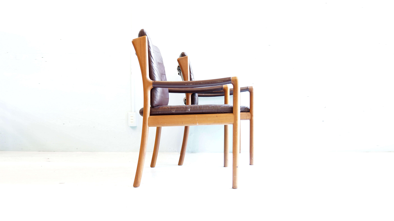 1970年代、三越や伊勢丹など、 有名百貨店の高級家具売り場に、北欧家具と並び販売されていた日本のブランド「日田工芸」。 「日田工芸」に所属する高い技術力を持った職人が作る家具は、国内外で高い評価を得ています。 当時、青林製作所や山品木工や日田工芸など日本の家具ブランドは、 世界に通用する工芸技術を技術を駆使し、国内外で非常に高い評価を得ています。 現在は、時代の趨勢と共にそのような高水準の職人技術の詰まった家具は求められなくなり、 幕を下ろしてしまった為、残念ながら日田工芸の家具は現存する製品でしか、 その素晴らしさを体感することが出来ません。 ご紹介するダイニングチェアは、 そんな日田工芸が、選び抜かれた良質なチーク材を丁寧に加工した素晴らしいダイニングチェアになります. 緩やかに湾曲した後ろ脚のトップは、 椅子をダイニングから引き出す際に手に触れやすくなるように、 少し膨らみをもたせています。 質感は常に肌に触れておきたくなるほど滑らか。 使用すればするほど味わいぶかくなるこちらのダイニングチェアは非常にオススメの一品! 上質なダイニングチェアをお探しの方、 是非この機会にいかがでしょうか♪ 【東京都杉並区阿佐ヶ谷北アンティークショップ 古一/ZACK高円寺店】 古一/ふるいちでは出張無料買取も行っております。杉並区周辺はもちろん、世田谷区・目黒区・武蔵野市・新宿区等の東京近郊のお見積もりも!ビンテージ家具・インテリア雑貨・ランプ・USED品・ リサイクルなら古一/フルイチへ~